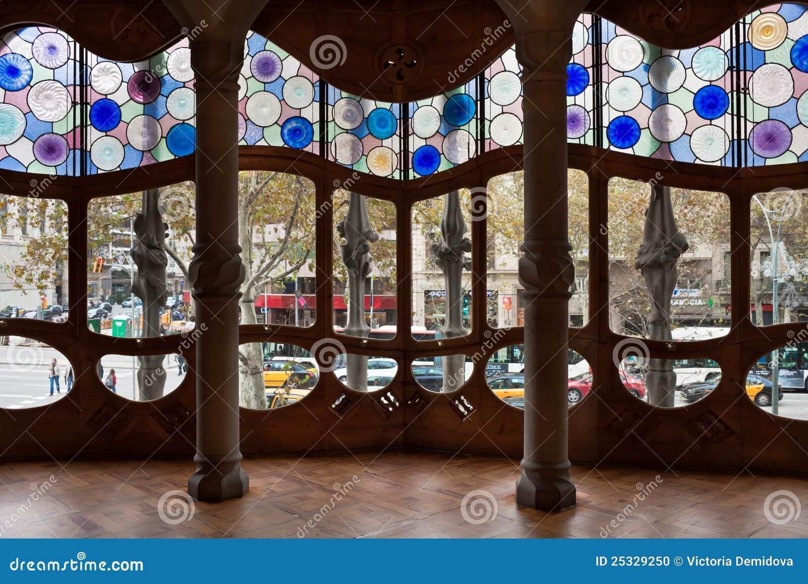 Intérieur de batllo de maison hublots décorés antonio ga image éditorial