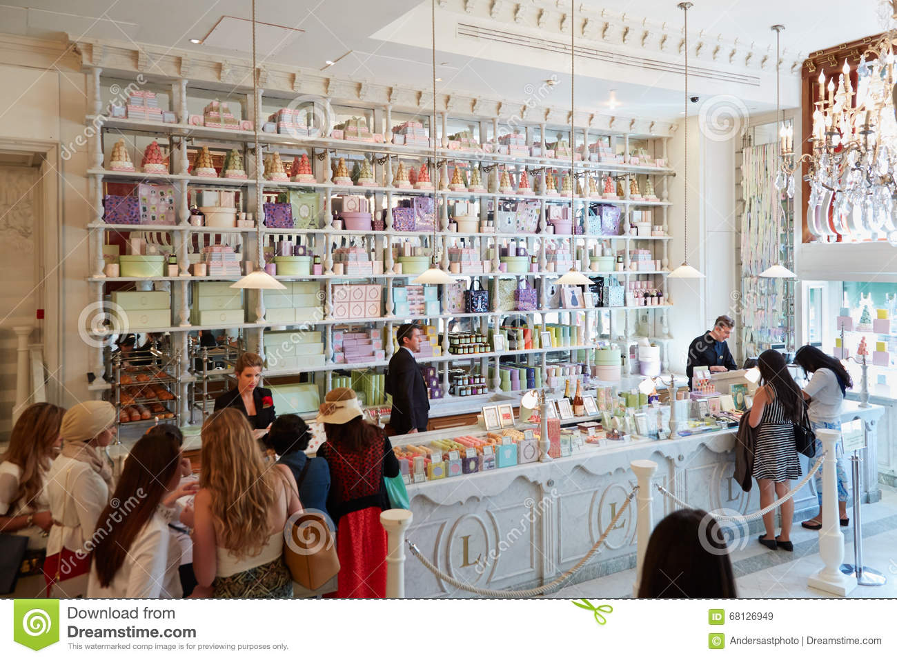 9fb40c3aef28f Intérieur de boutique de Laduree dans le magasin de Harrods le 7 août 2015  à Londres, R-U Harrods est le plus grand magasin en Europe