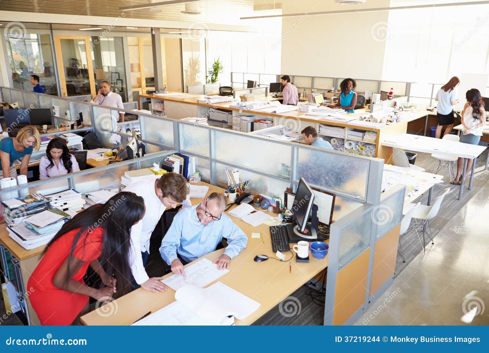 Intérieur de bureau ouvert moderne occupé de plan images stock