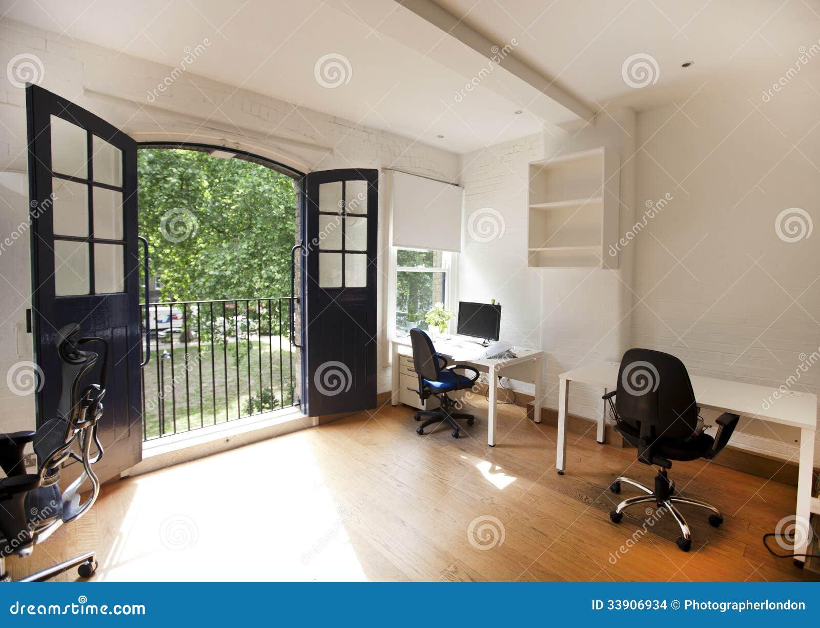 Intérieur de bureau vide avec des bureaux et des chaises