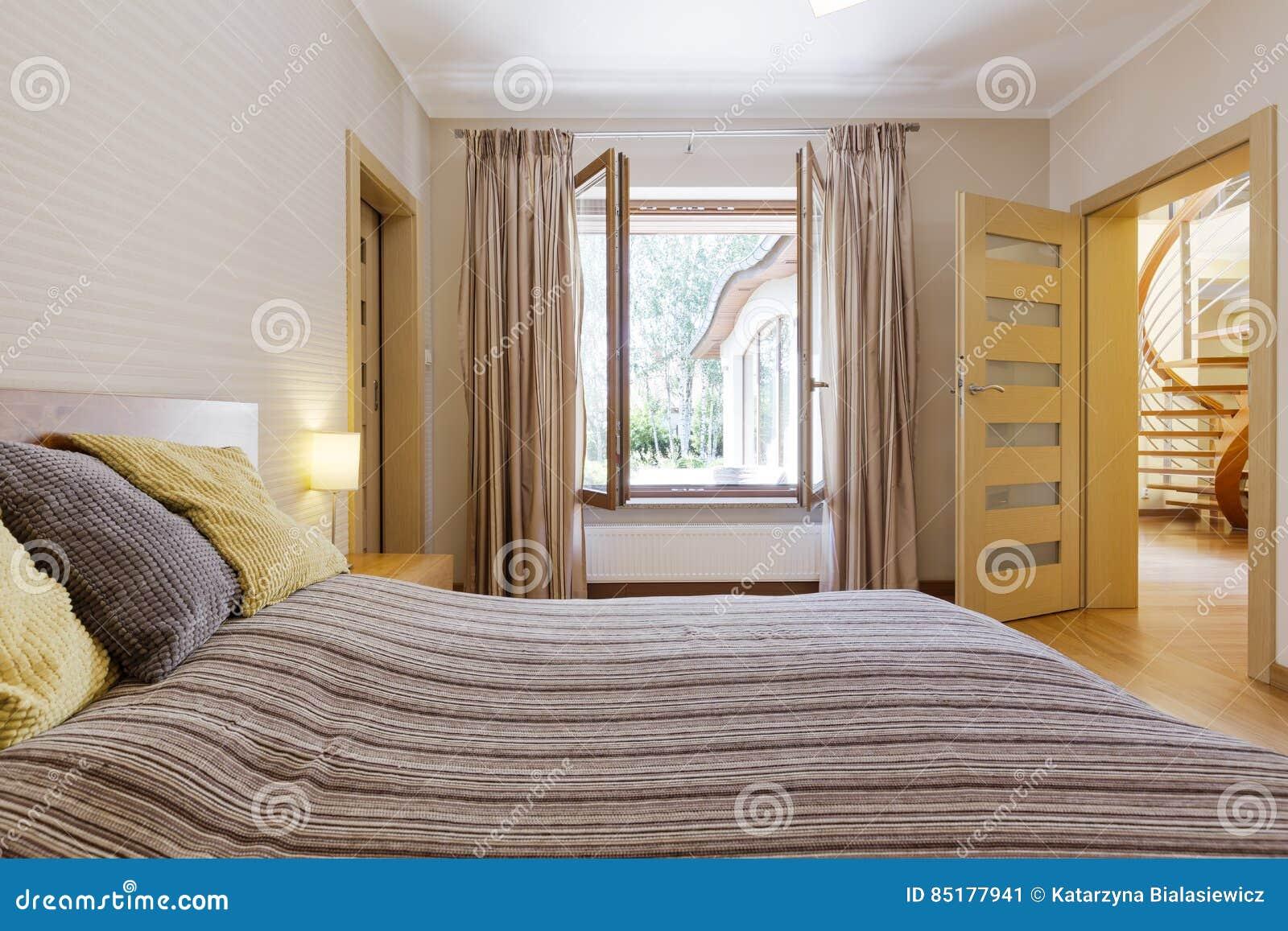 Int rieur de chambre coucher avec la fen tre ouverte for Decoration fenetre chambre a coucher