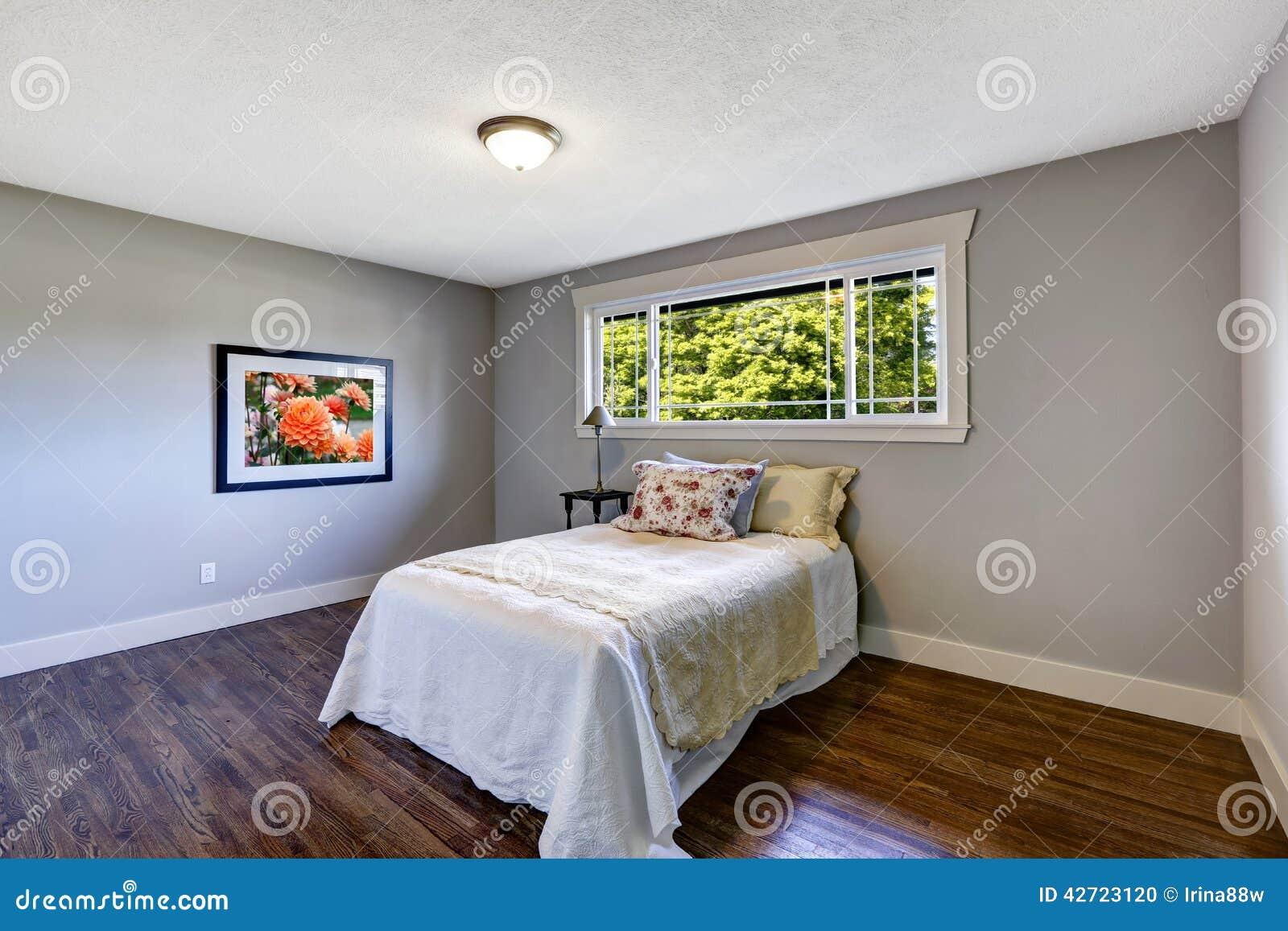 Int rieur de chambre coucher avec le lit simple et la for Interieur chambre