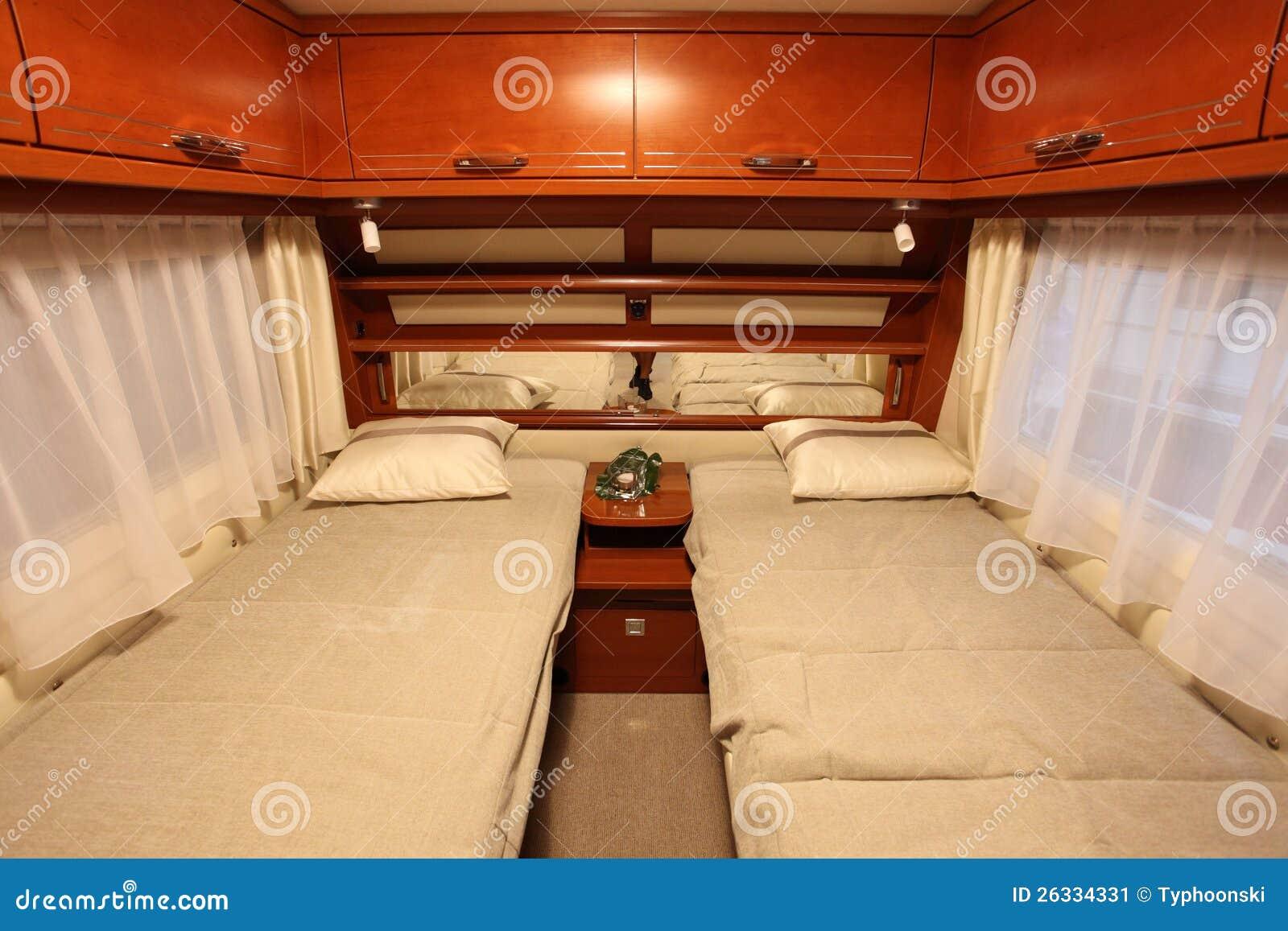 Int rieur de chambre coucher d 39 une caravane r sidentielle photo ditorial image du campeur - Interieur chambre ...