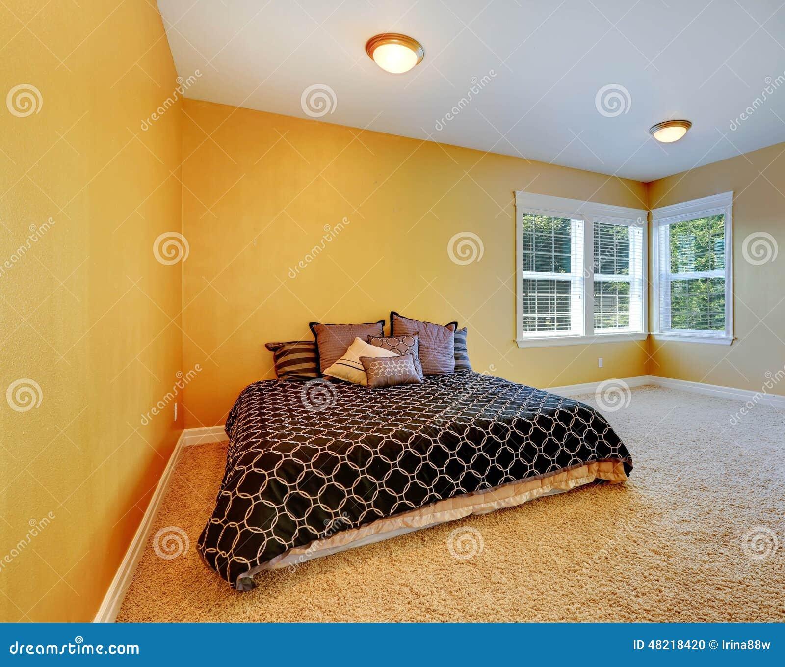 int rieur de chambre coucher dans la couleur jaune. Black Bedroom Furniture Sets. Home Design Ideas