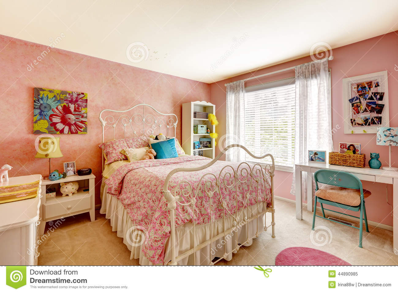 int rieur de chambre coucher dans la couleur rose clair image stock image du id e am ricain. Black Bedroom Furniture Sets. Home Design Ideas