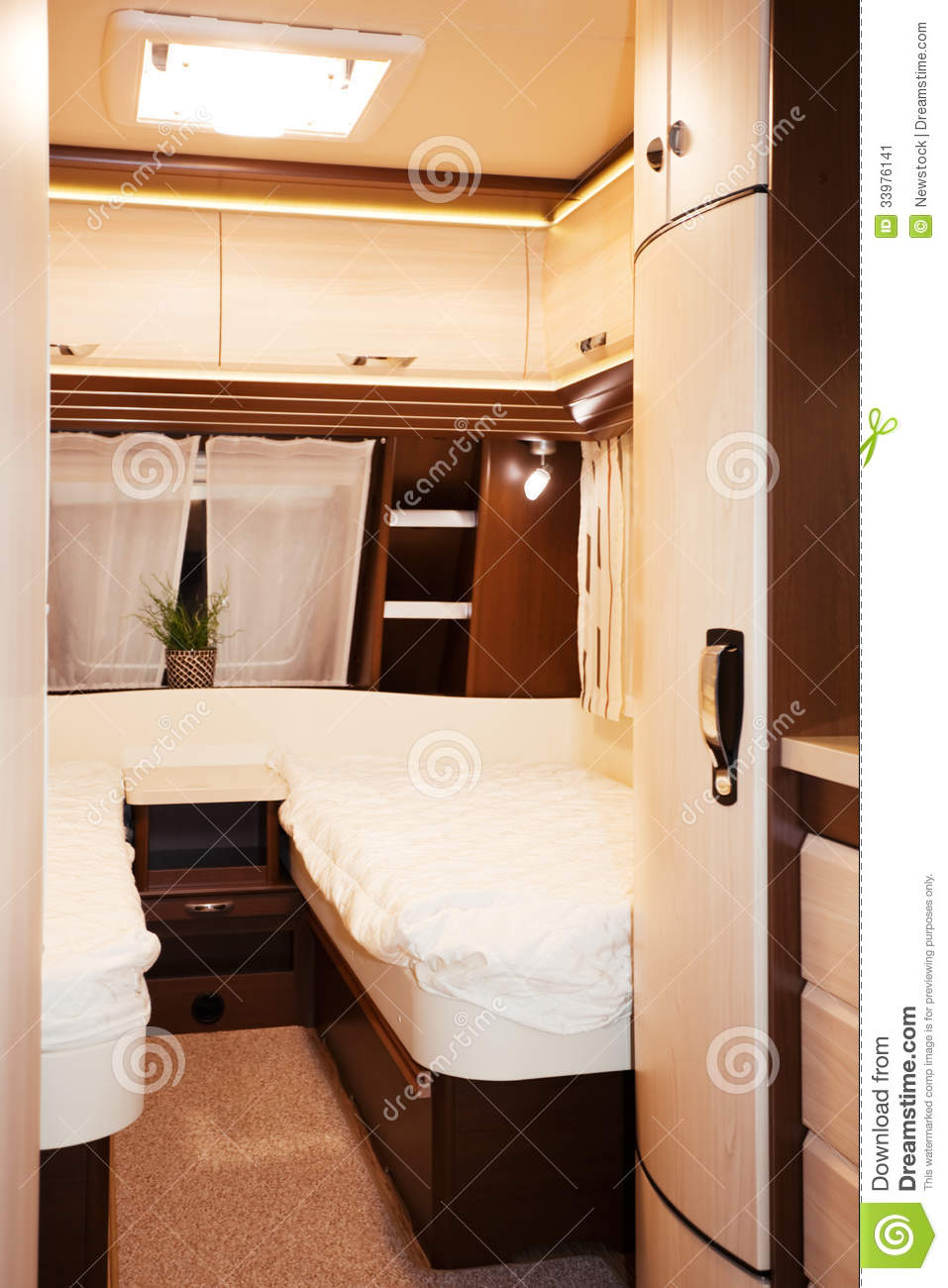 int rieur de chambre coucher de caravane r sidentielle image stock image 33976141. Black Bedroom Furniture Sets. Home Design Ideas