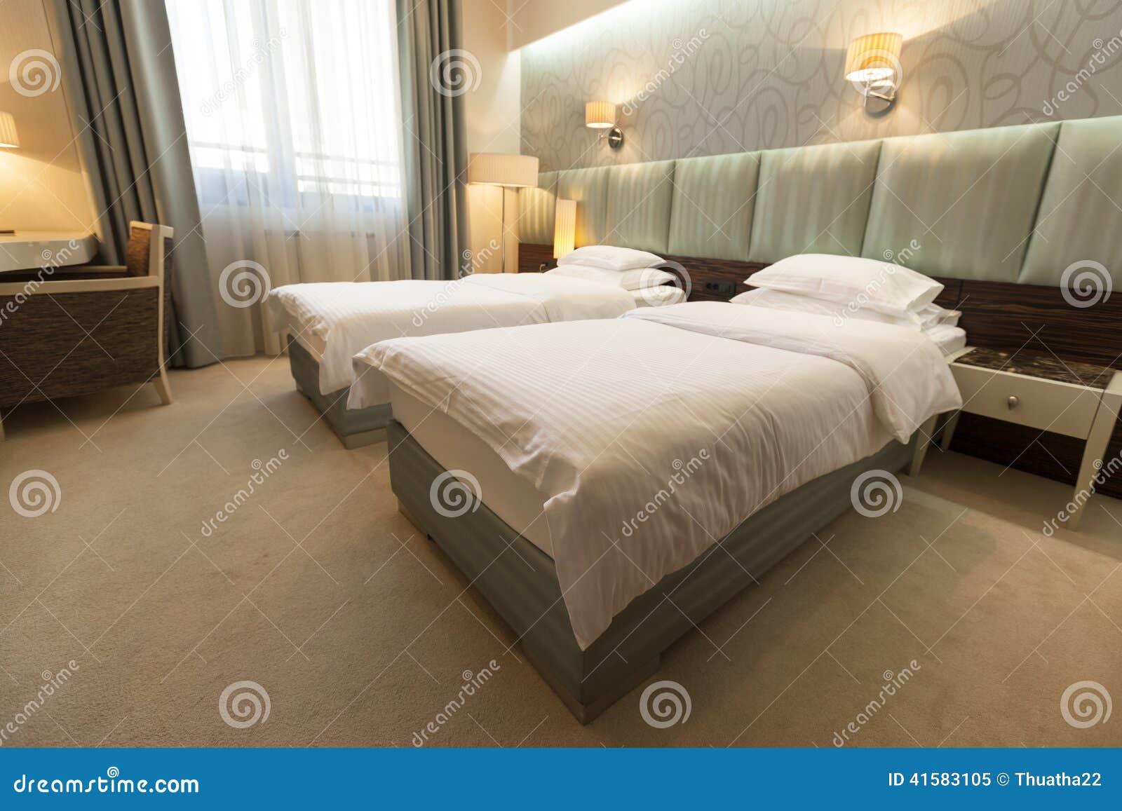 Int rieur de chambre coucher de double lit photo stock for Chambre a coucher lit