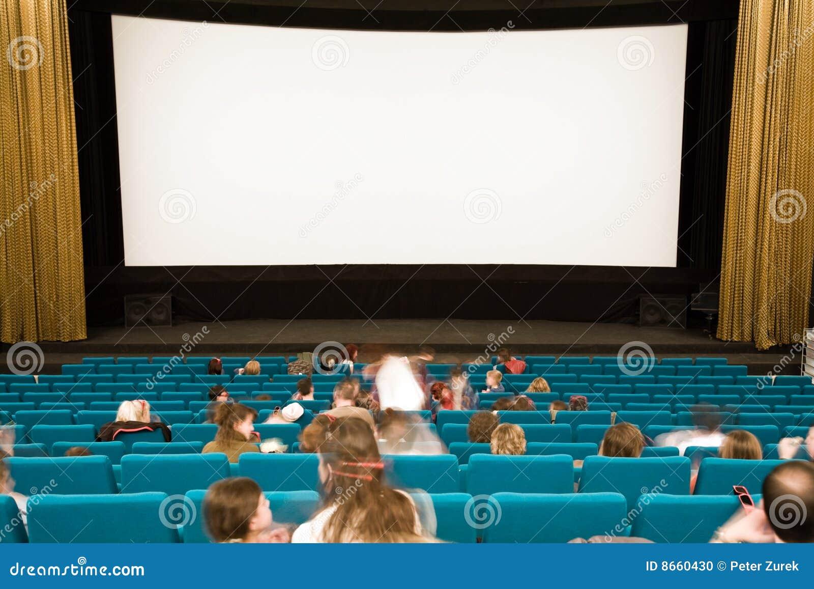 Intérieur de cinéma avec des gens
