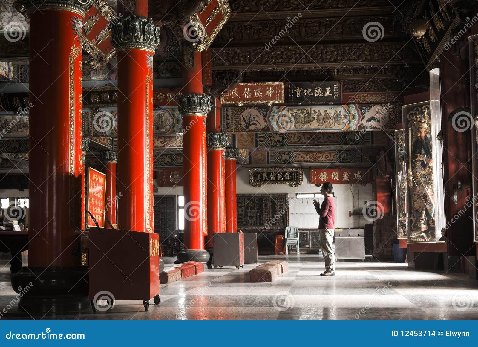 Int rieur de construction de temple avec une pri re for Interieur asiatique