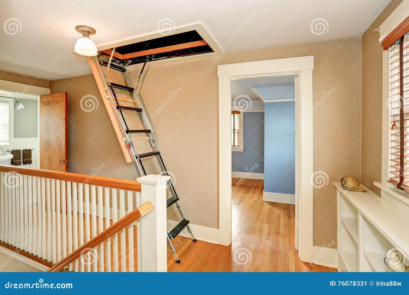 Intérieur de couloir avec l échelle se pliante de grenier