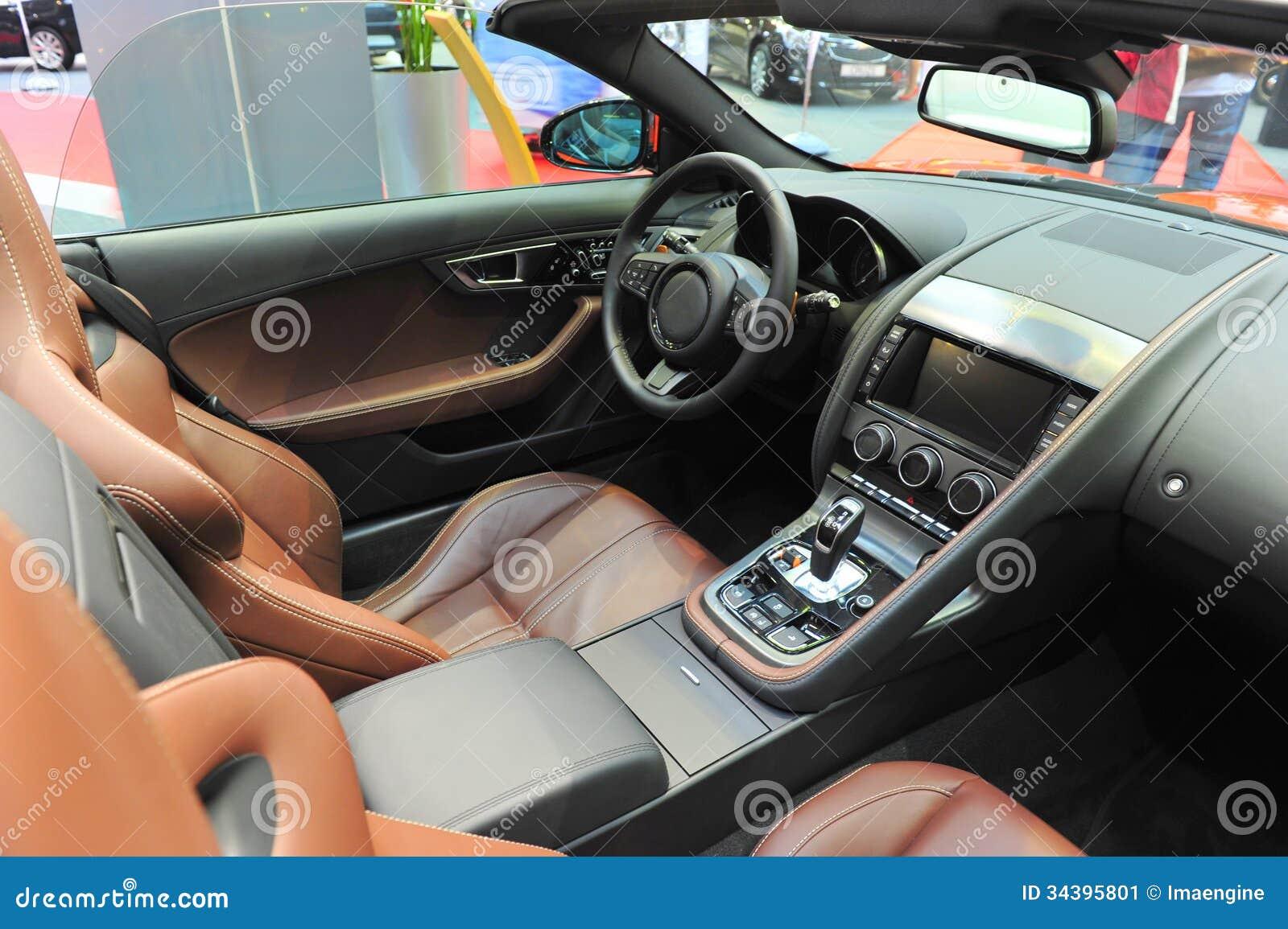 Int rieur de cuir d 39 une voiture de sport convertible de for Interieur voiture de luxe