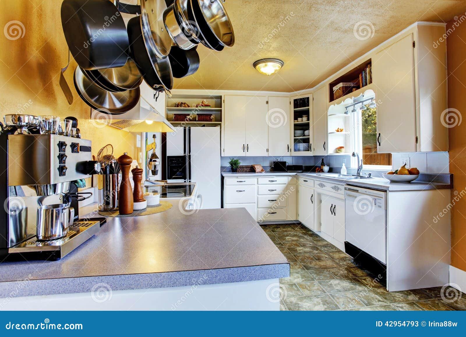 int rieur de cuisine avec les murs de p che et le linol um kaki. Black Bedroom Furniture Sets. Home Design Ideas