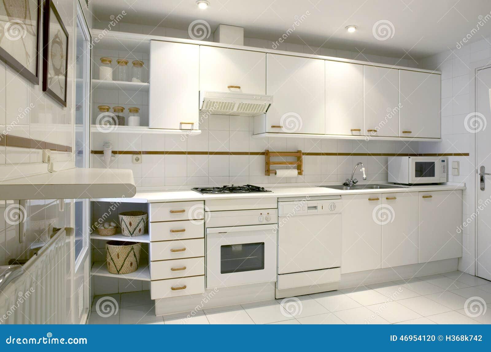 int rieur de cuisine d 39 appartement dans le ton blanc photo stock image 46954120. Black Bedroom Furniture Sets. Home Design Ideas
