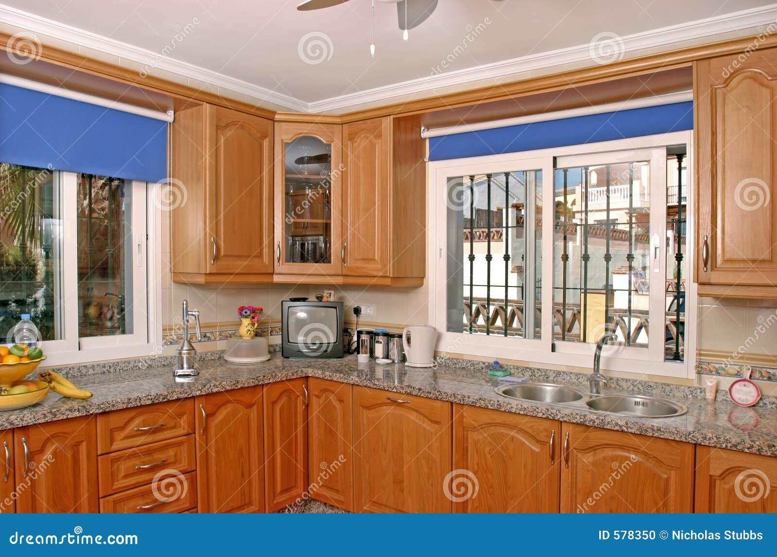int rieur de cuisine de luxe en villa espagnole photo stock image 578350. Black Bedroom Furniture Sets. Home Design Ideas