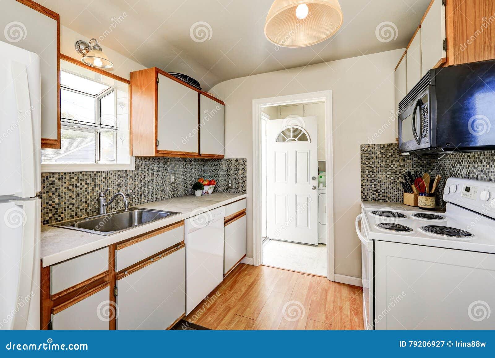 Cuisine Style Ancien intérieur de cuisine de style ancien avec le plancher en