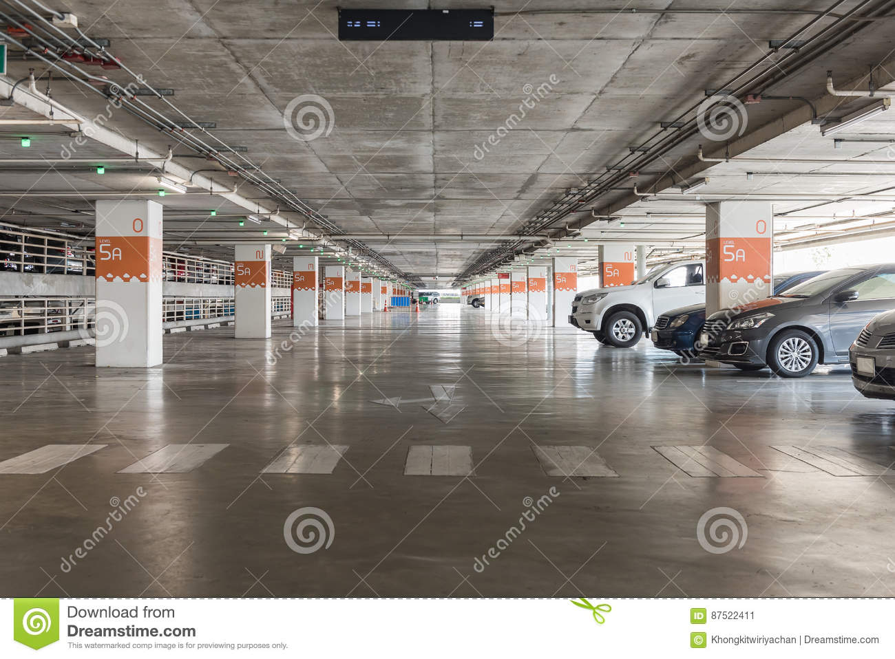 Int rieur de garage avec la voiture et le parking vide for Le vide interieur