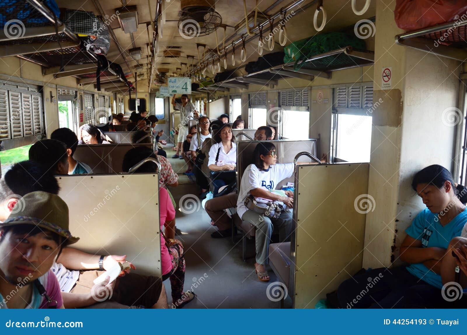 Intérieur de la classe 3 de train de la Thaïlande