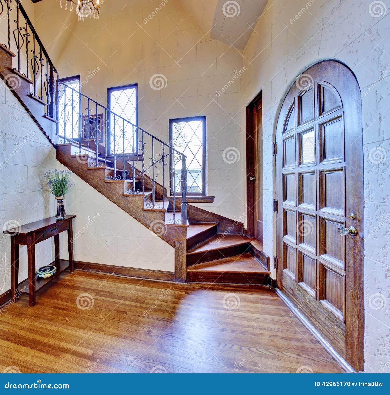 Int rieur de luxe de maison couloir d entr e avec l escalier - Entree de maison avec escalier ...
