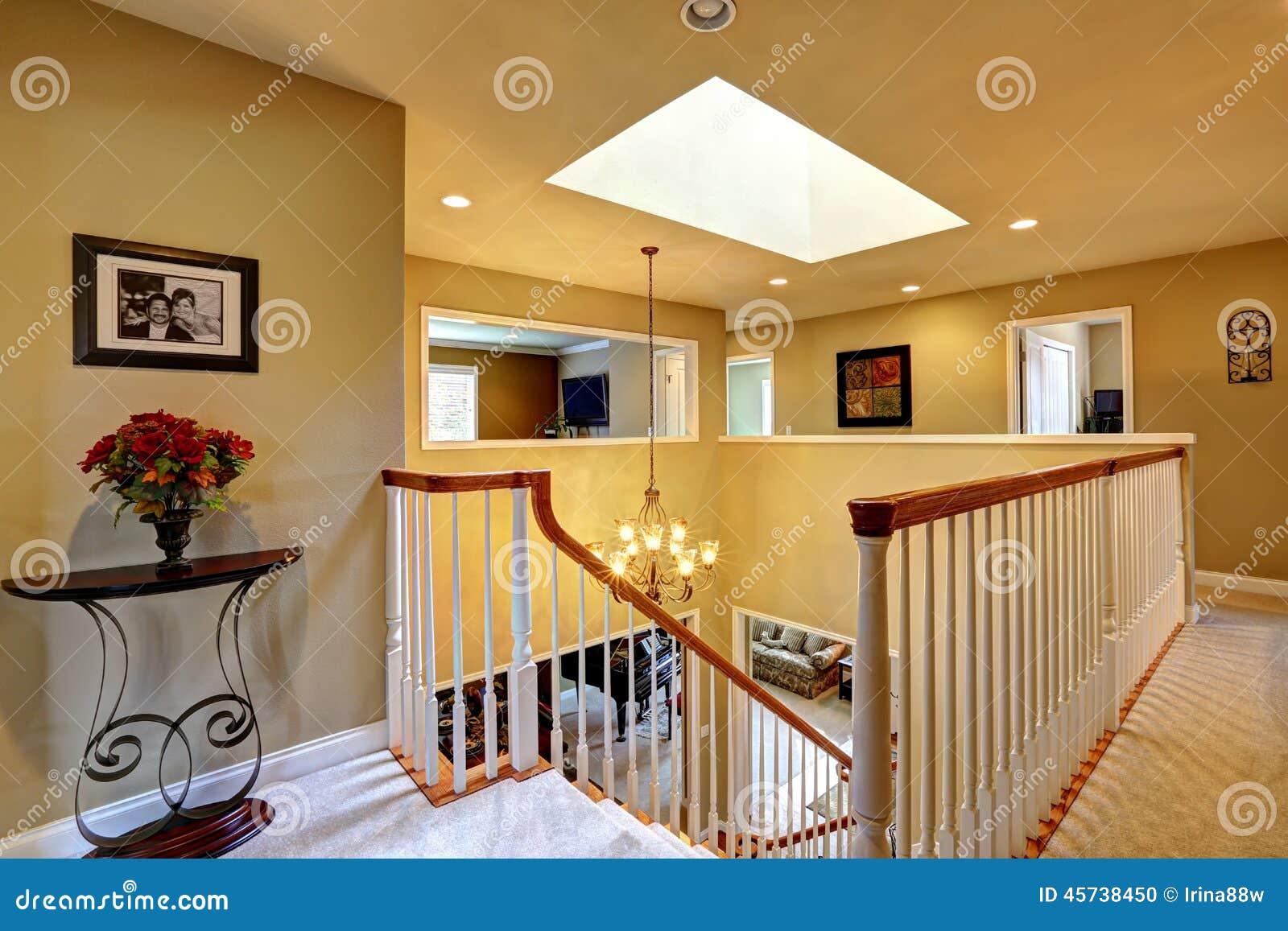 Intérieur de luxe de maison en haut couloir avec l escalier