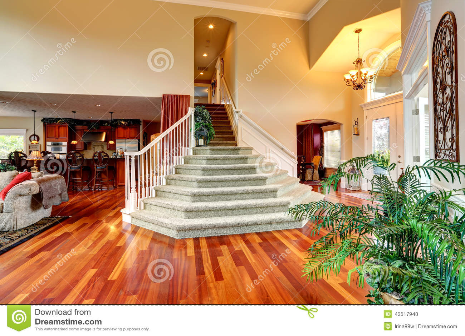 Intérieur de luxe de maison foyer avec le bel escalier photo stock