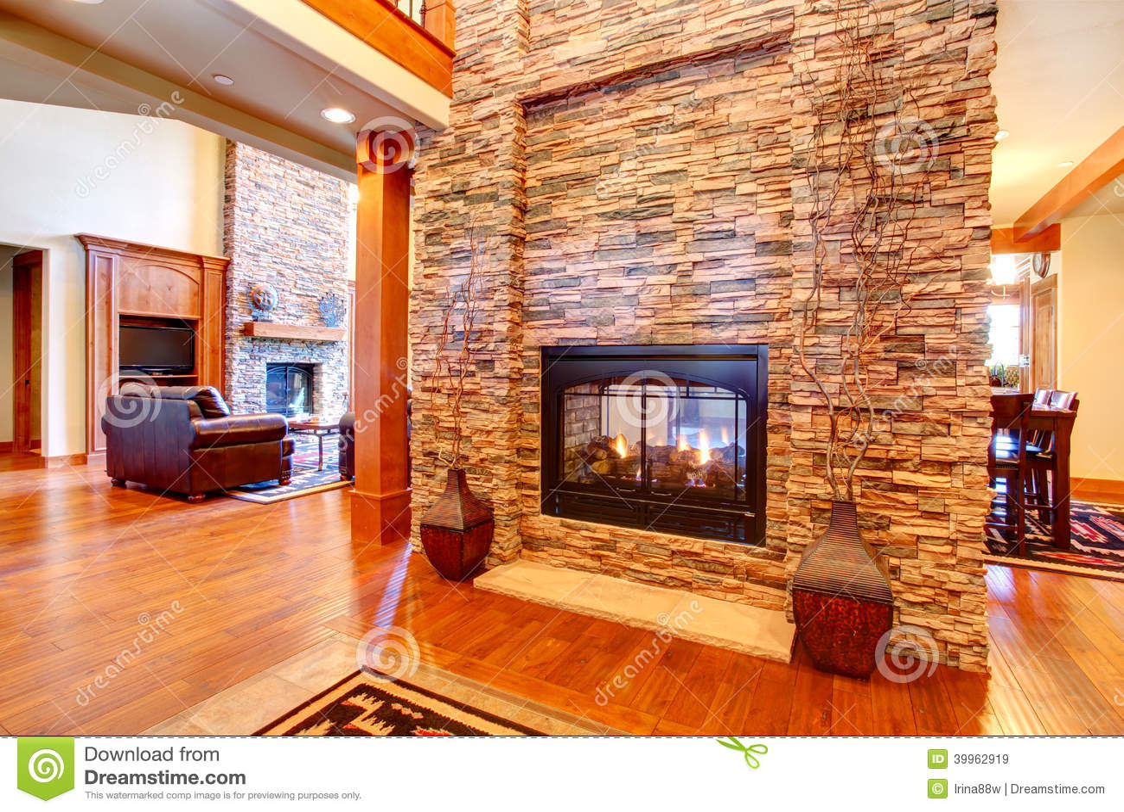 Int rieur de luxe de maison mur en pierre avec la for Chambre avec mur en pierre