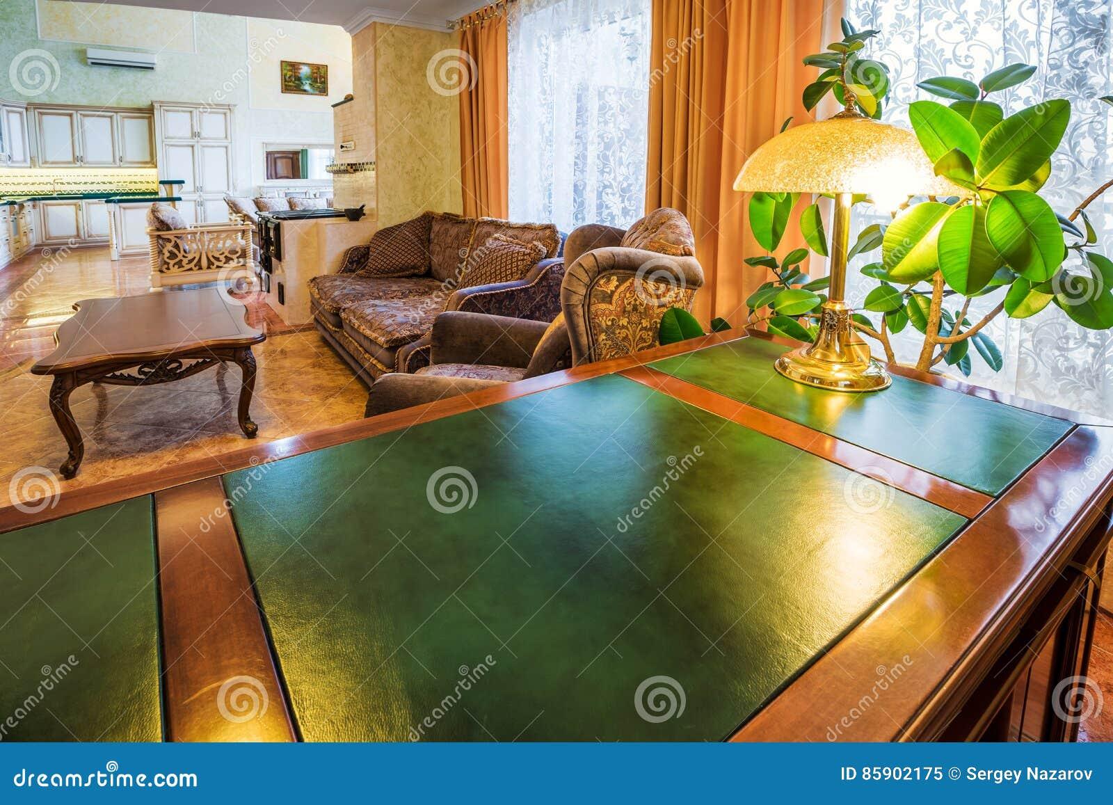 Bureau De Luxe En Bois : Intérieur de luxe de siège social avec le bureau et le bois verts