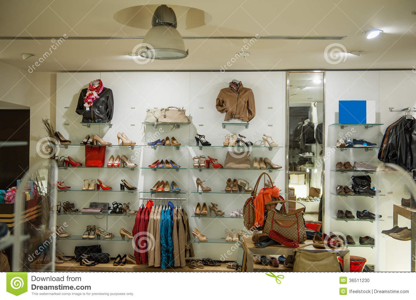 Intérieur de magasin de chaussures de vêtements sport et