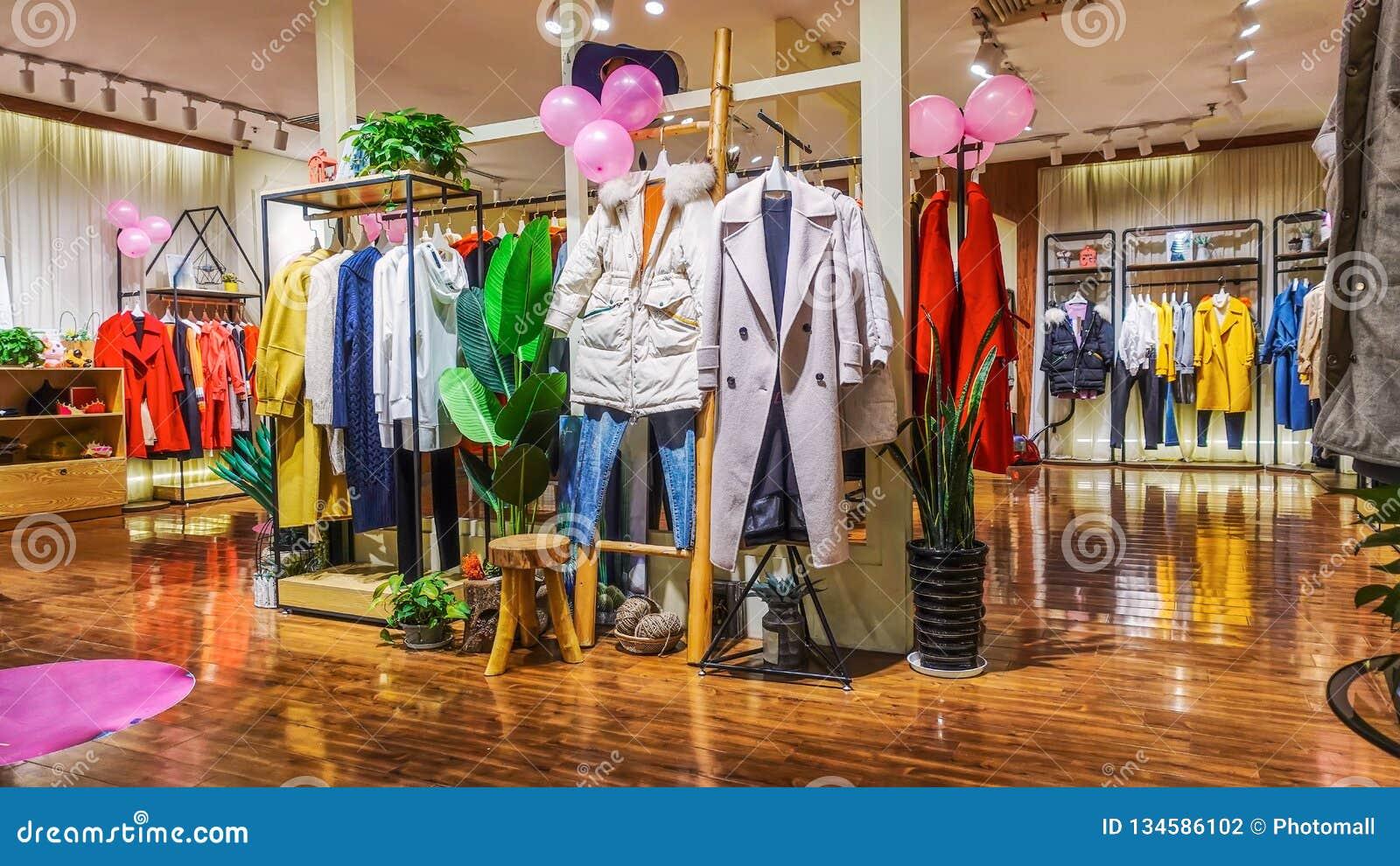 79b72d2eaeaf22 Intérieur De Magasin De Mode De Femme Photographie éditorial - Image ...