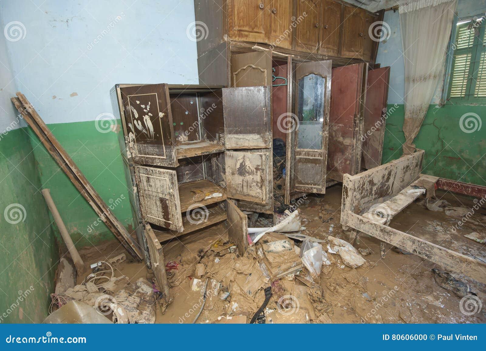 Intérieur de maison africaine pauvre après catastrophe d inondation photo stock