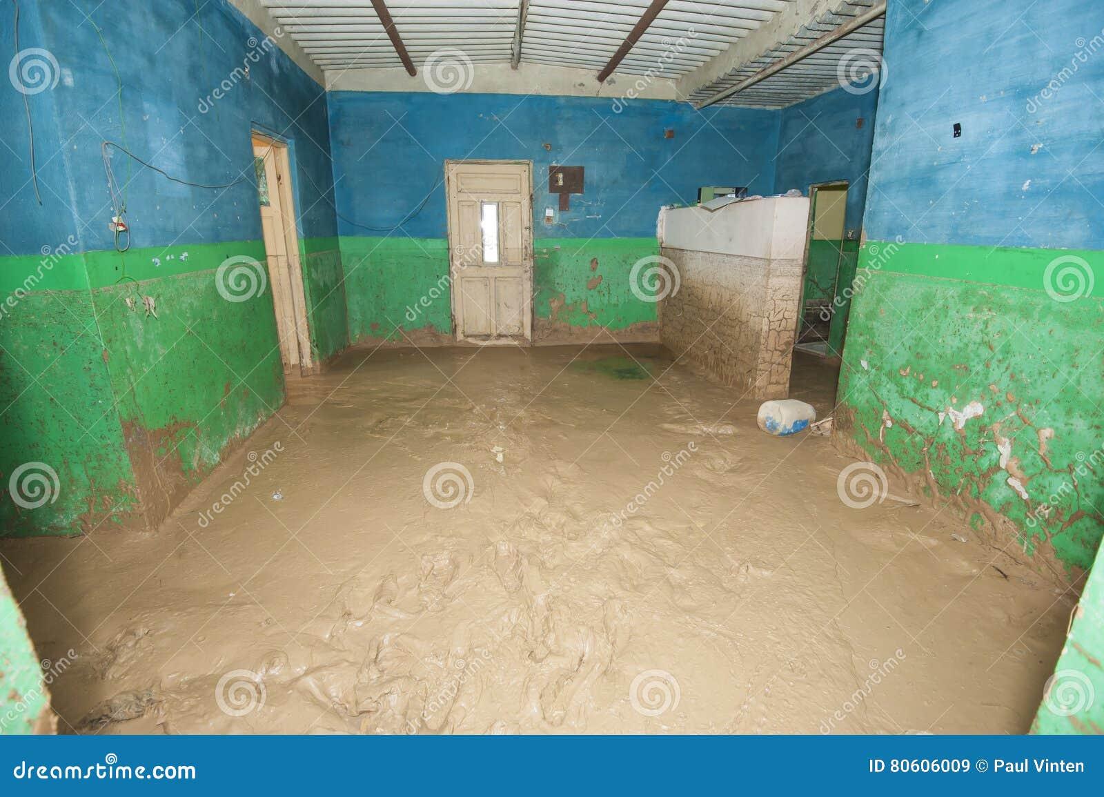 Intérieur de maison africaine pauvre après catastrophe d inondation