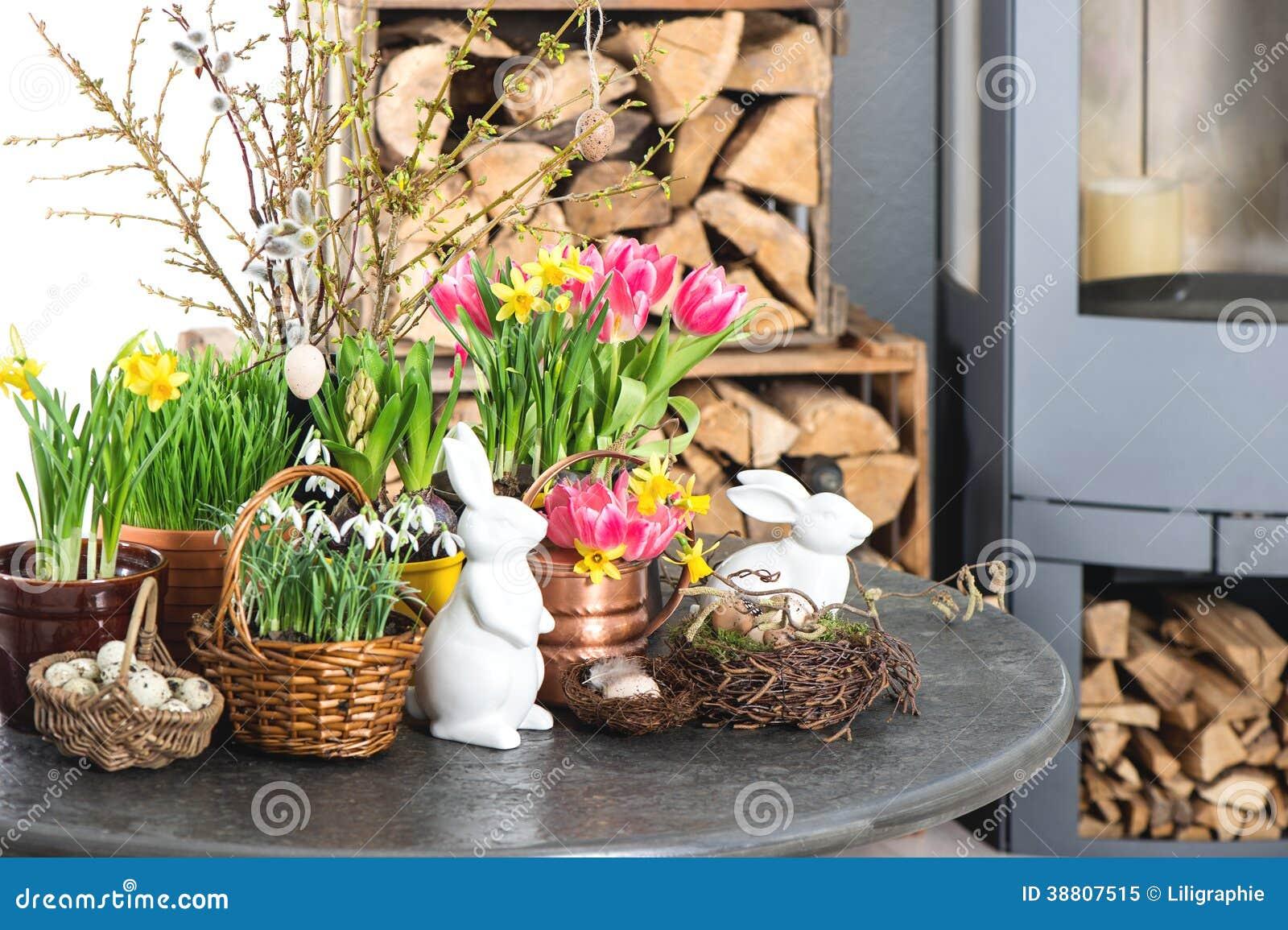 Intérieur de maison avec des fleurs décoration de pâques photo stock