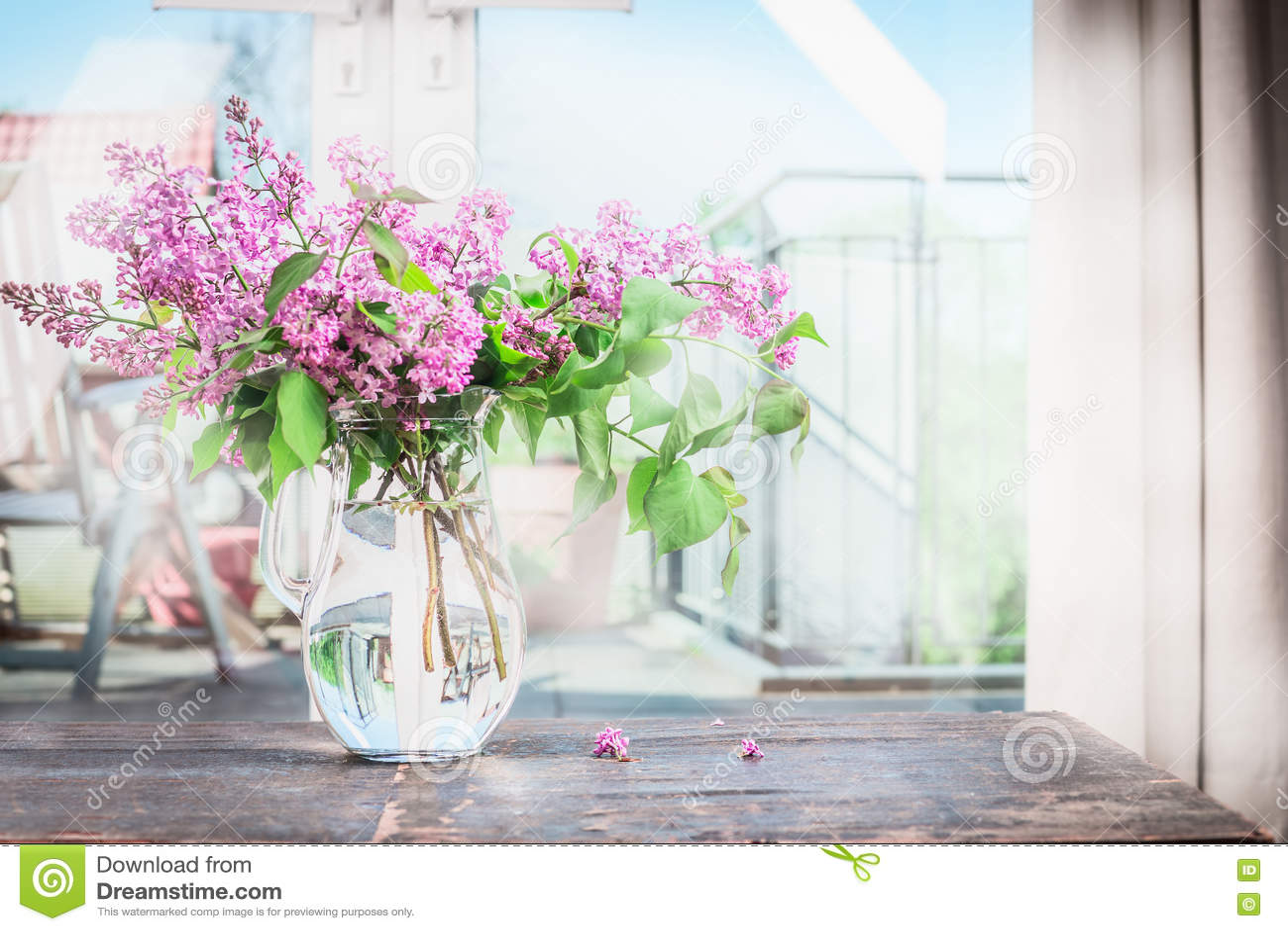 Intérieur de maison avec le bouquet des fleurs lilas de floraison sur la table photo stock