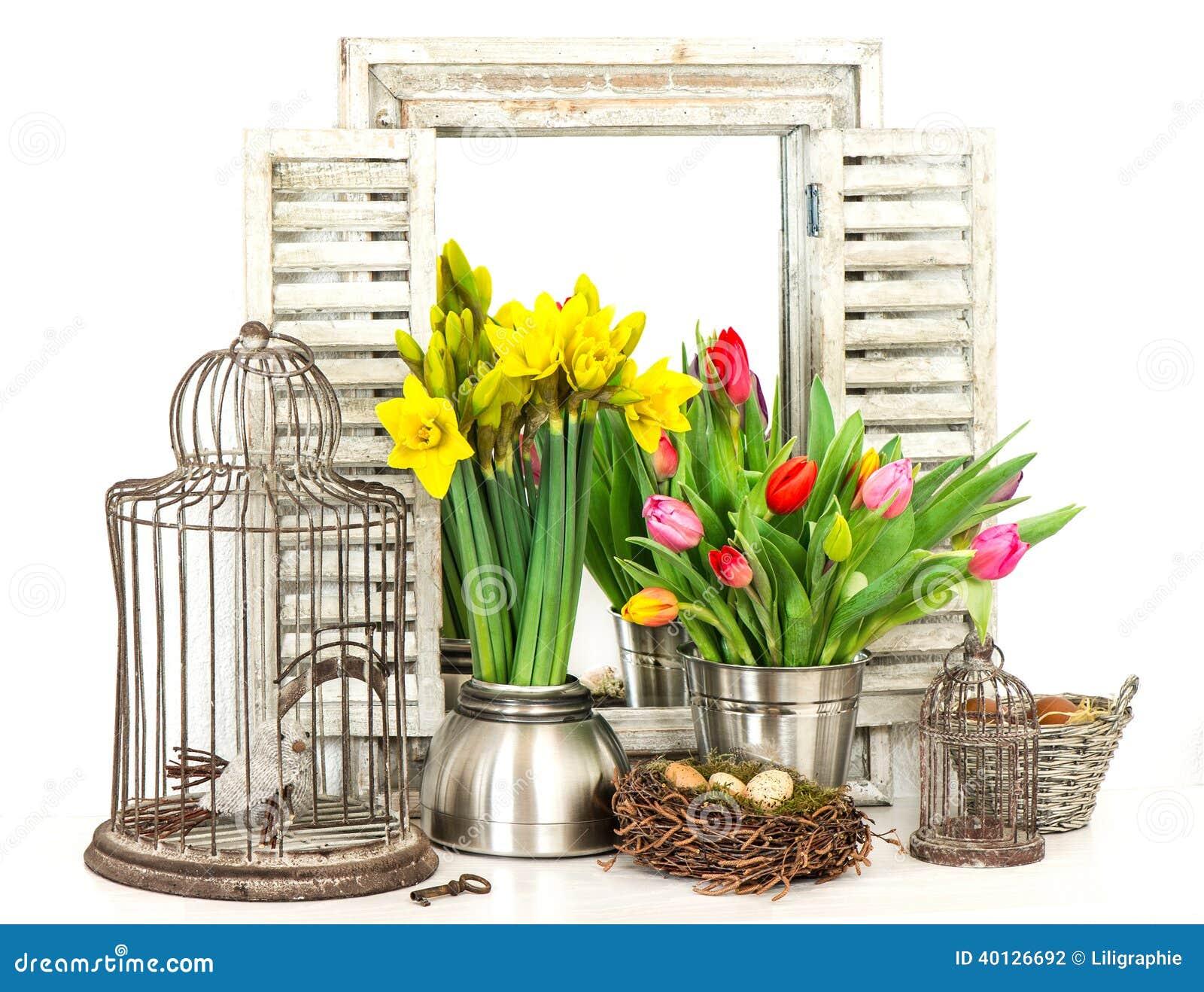 Intérieur de maison avec les fleurs de ressort et les oeufs de pâques frais photo stock
