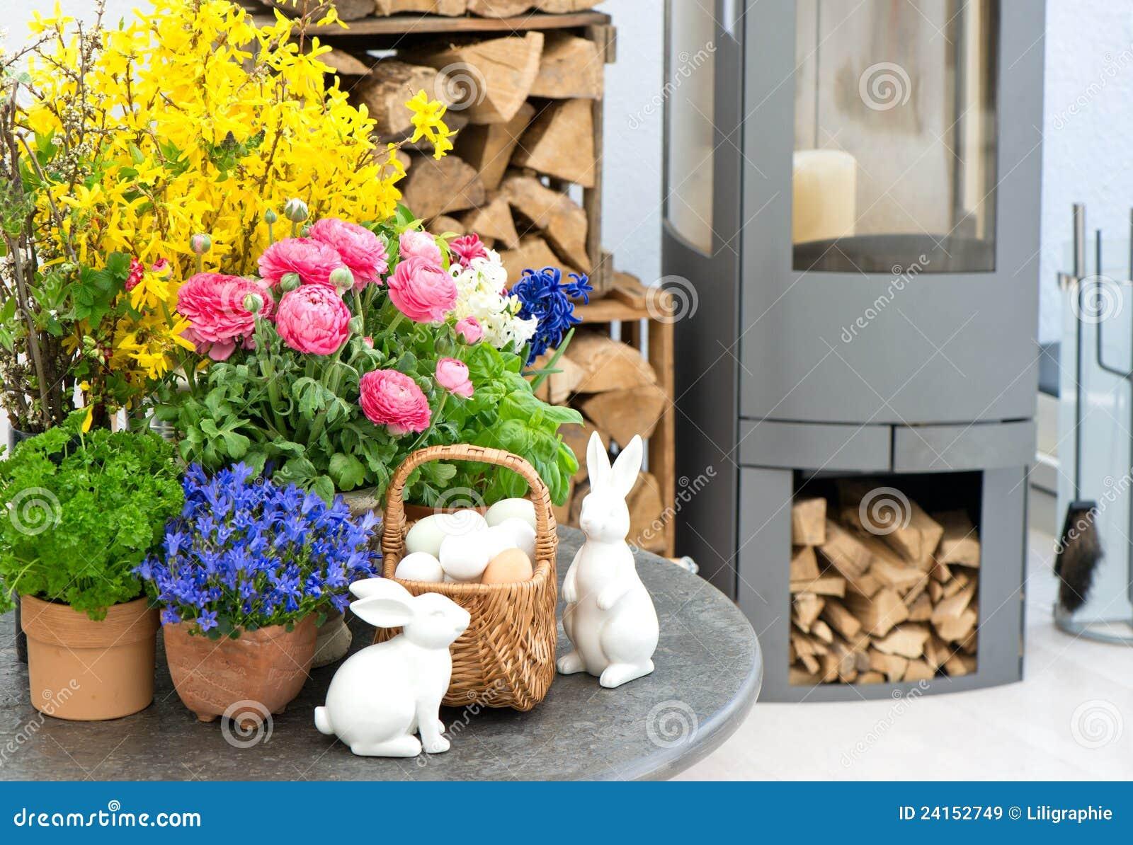 Intérieur de maison avec les fleurs et la décoration de pâques