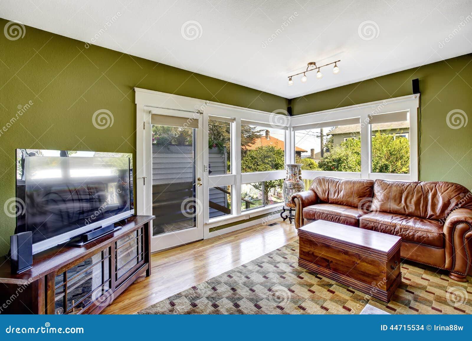Int rieur de maison dans la couleur verte avec le divan en - Couleur pour interieur maison ...
