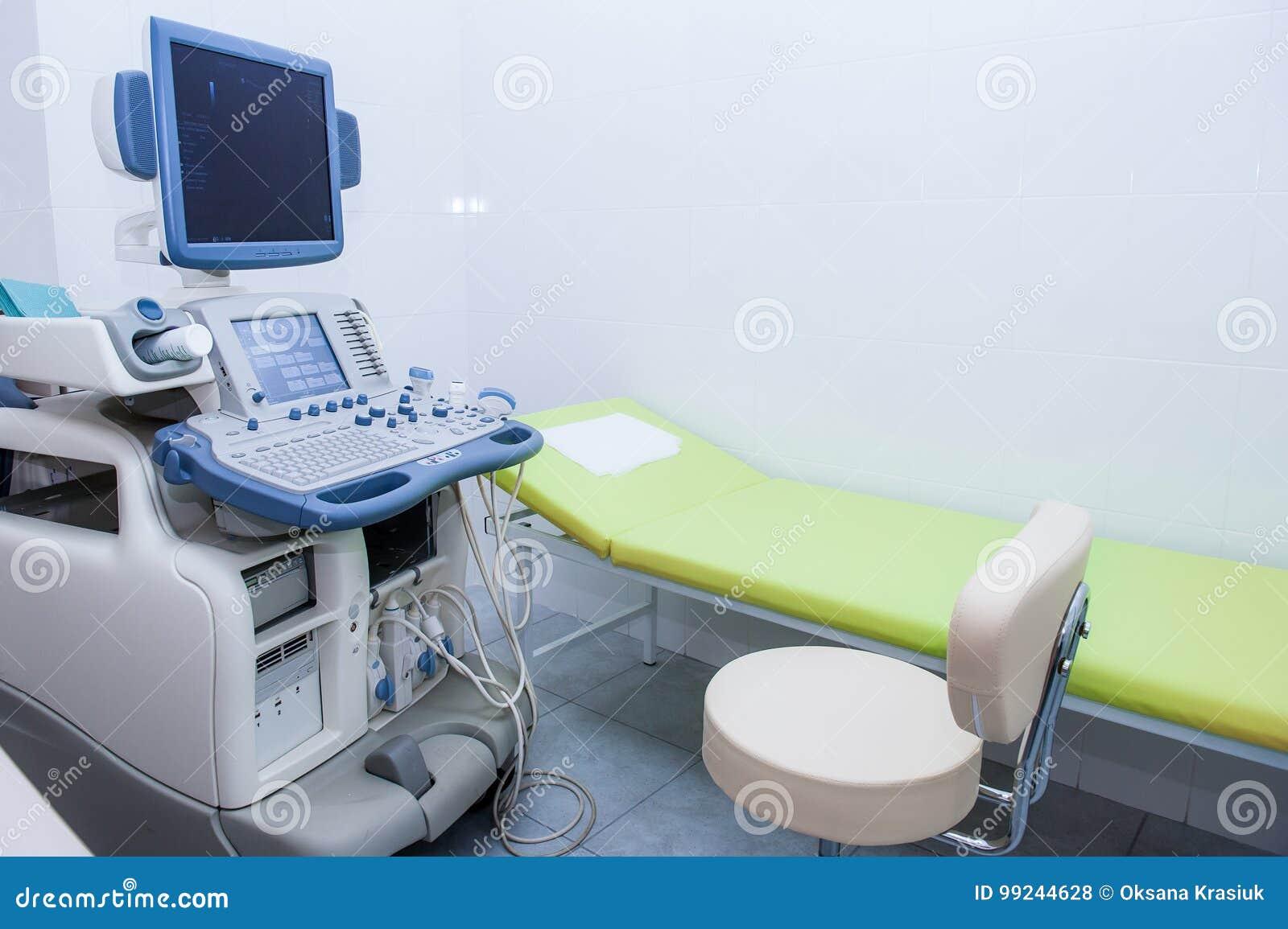 Intérieur de pièce d examen avec la machine d échographie dans l hôpital Foyer sélectif