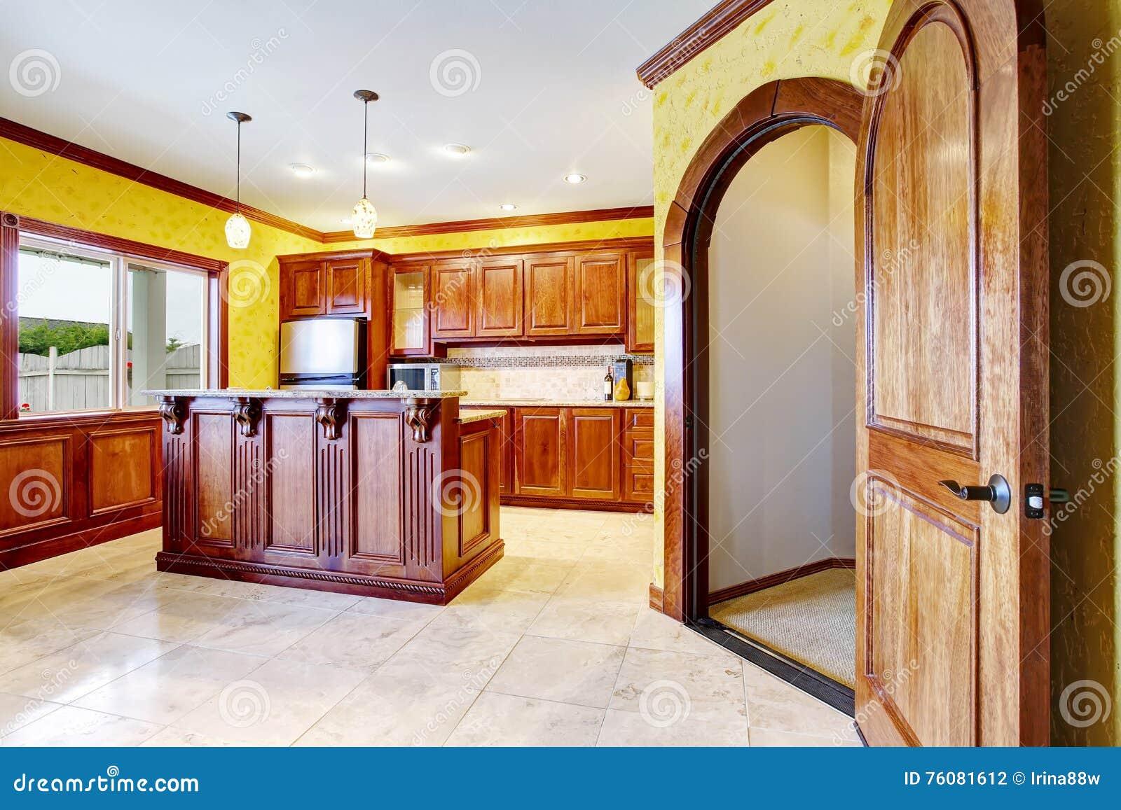 Intérieur de pièce de cuisine avec l île d équilibre et le plancher de tuiles en bois