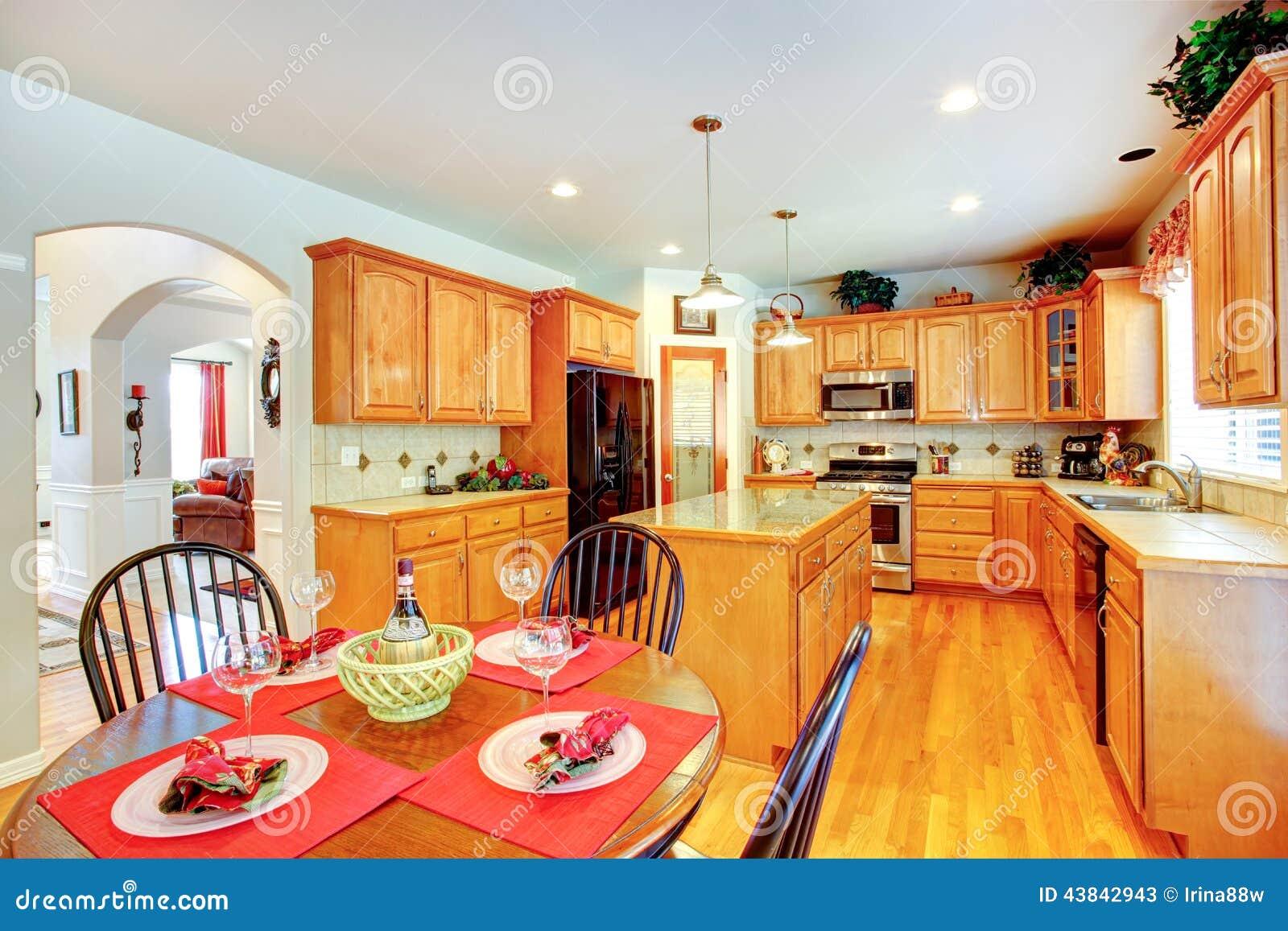 Int rieur de pi ce de cuisine dans la maison de luxe photo - La maison de la table ...