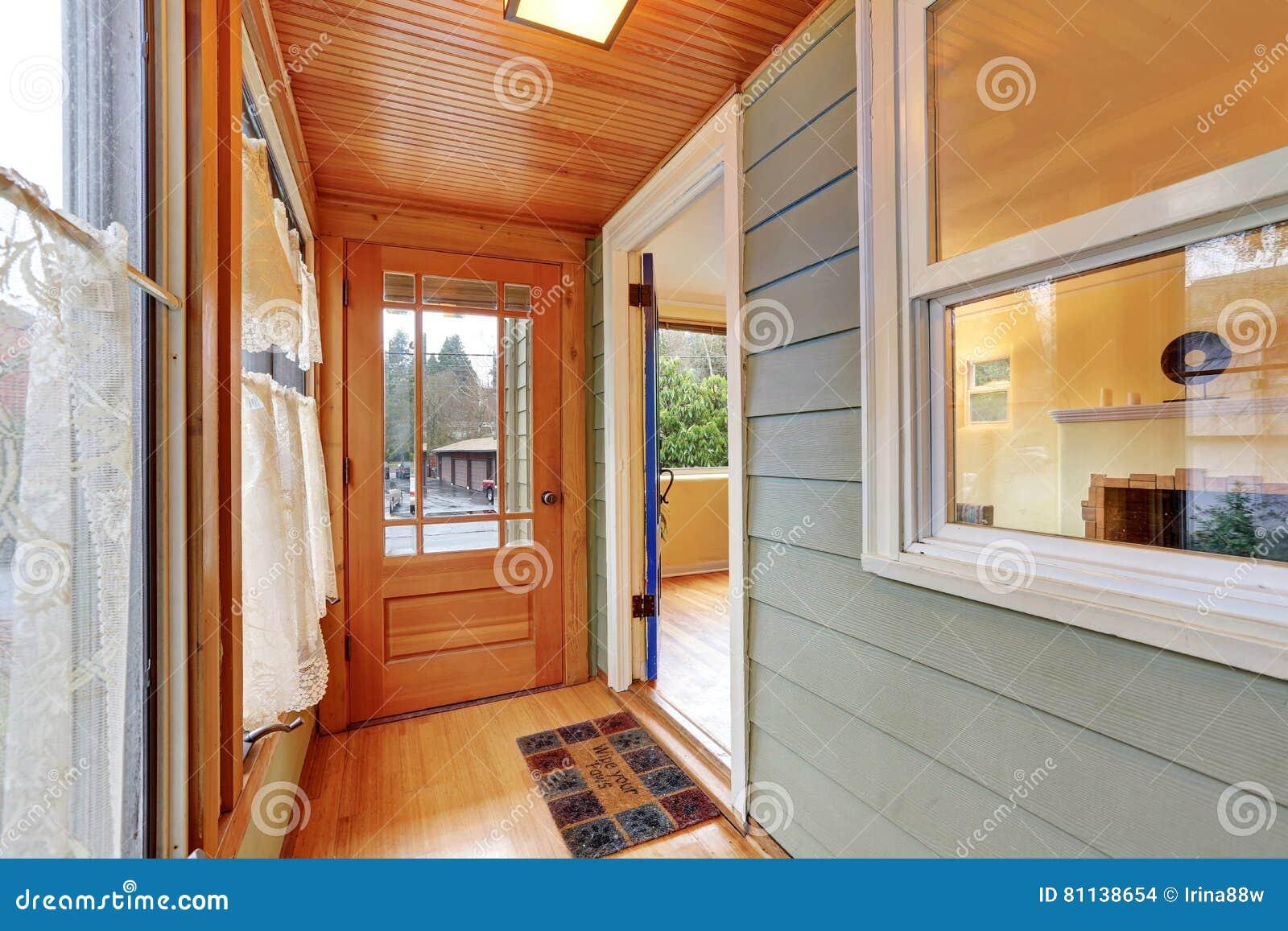 Porche D Entrée Bois intérieur de porche d'entrée avec le panneautage en bois photo stock