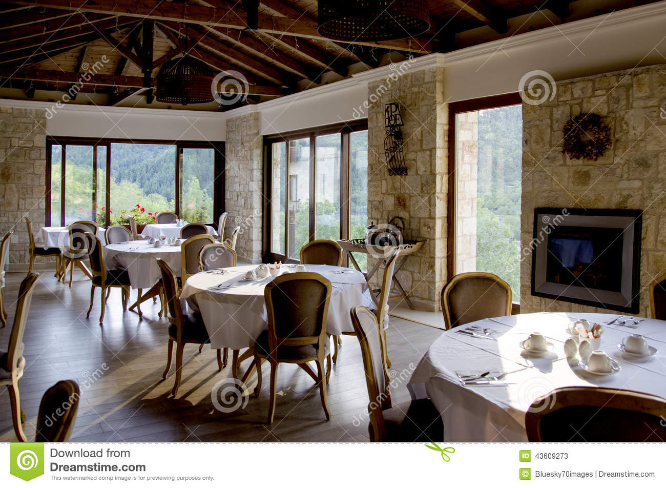 int rieur de restaurant avec les meubles en bois et les murs en pierre photo stock image 43609273. Black Bedroom Furniture Sets. Home Design Ideas