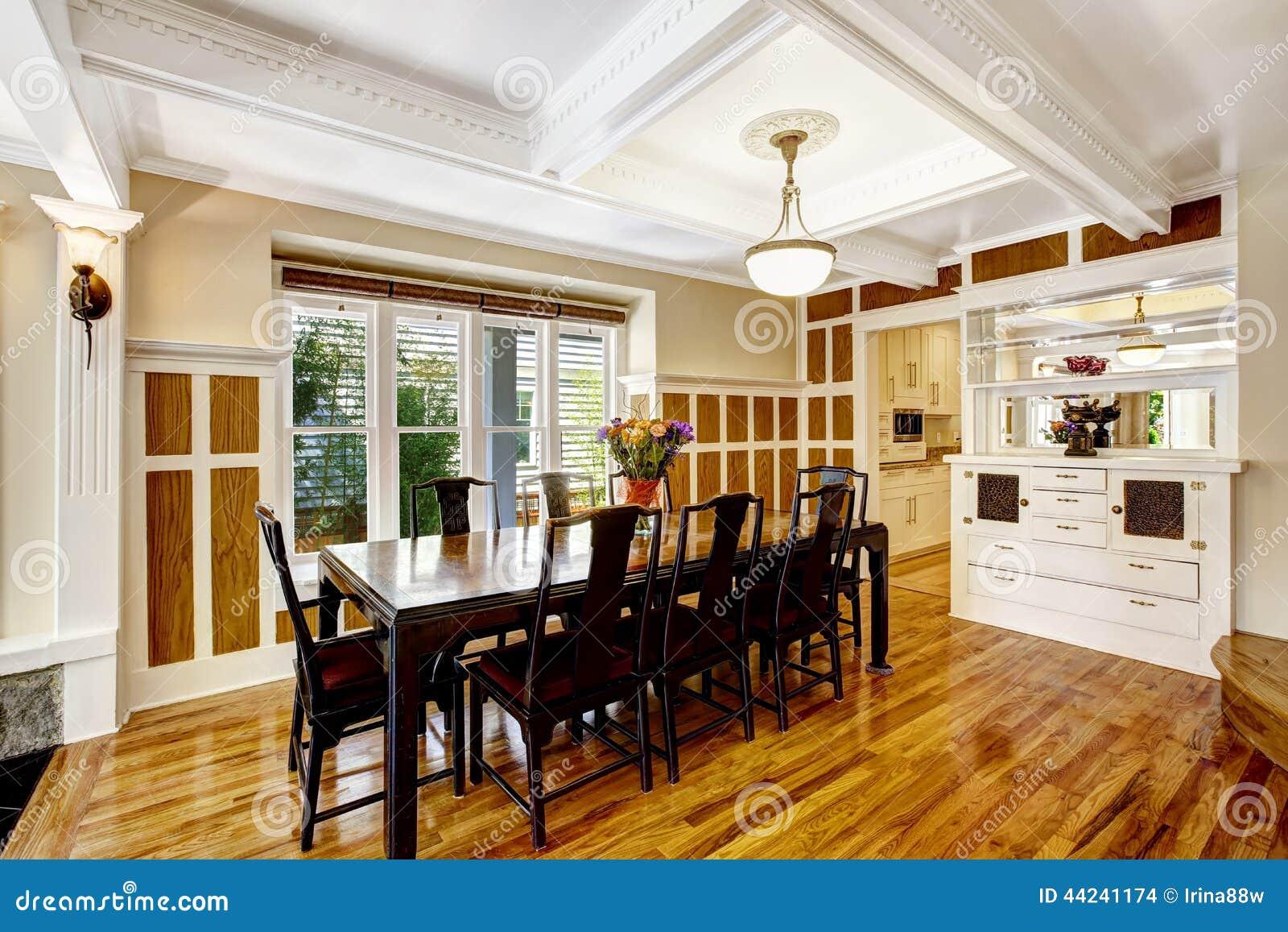 Int rieur de salle manger d 39 empressive maison de luxe for Salle a manger de luxe en bois