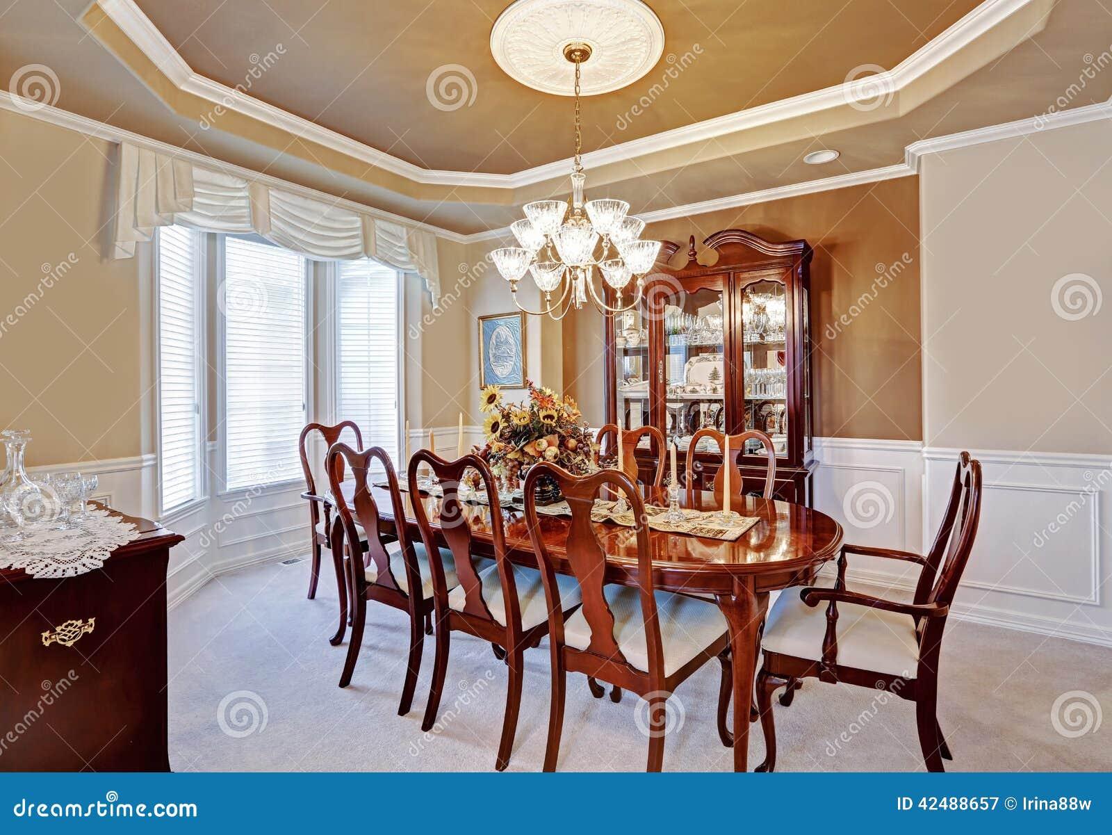 Int rieur de salle manger dans la maison de luxe photo for Salle a manger de luxe