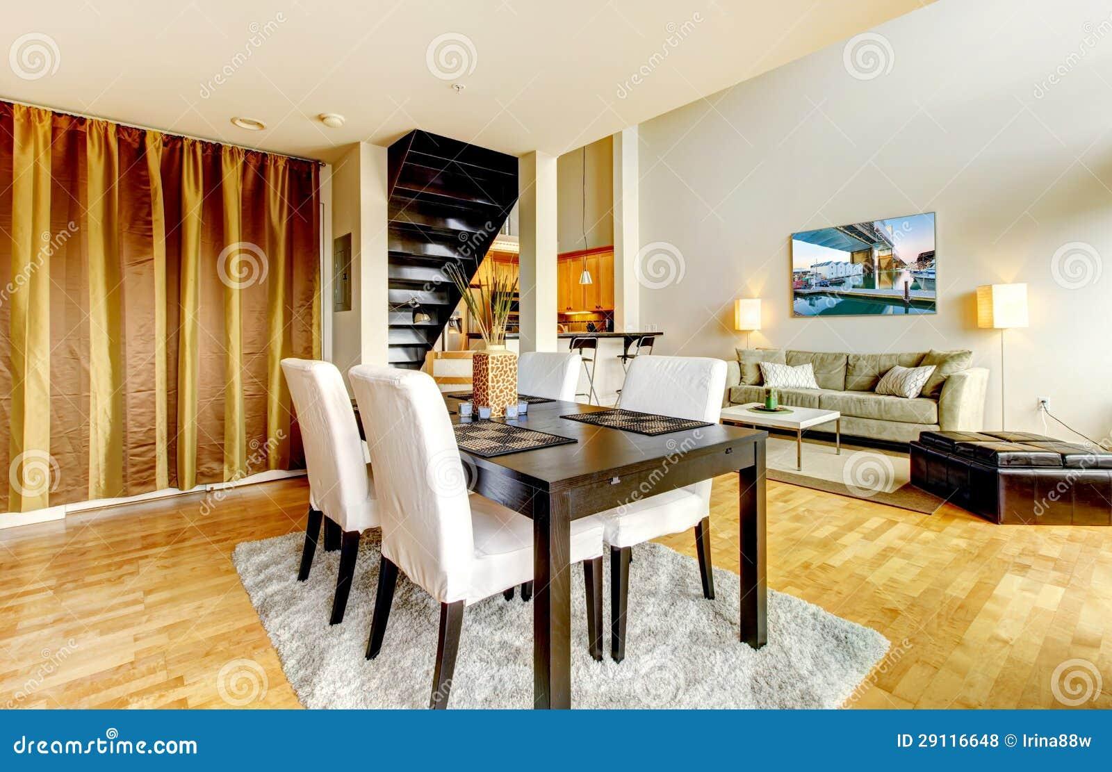 Intérieur de salle à manger en appartement moderne de ville.