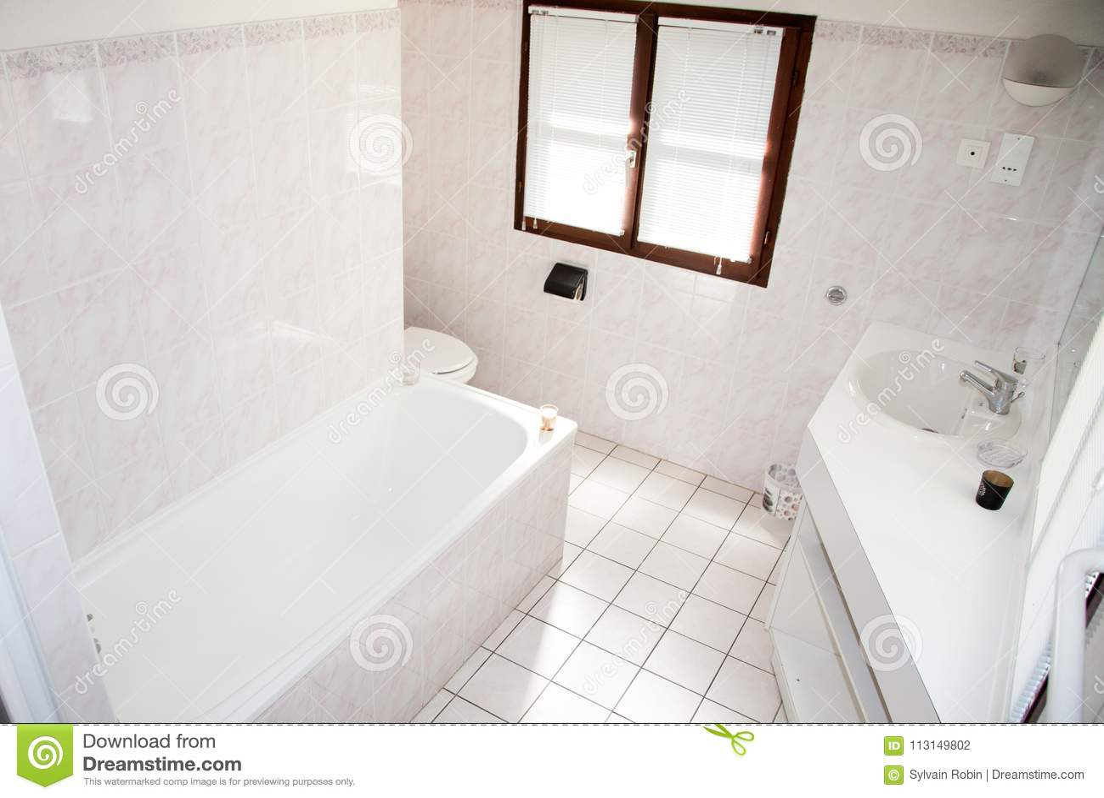 download intrieur de salle de bains blanche lumineuse avec lvier et la douche moderne