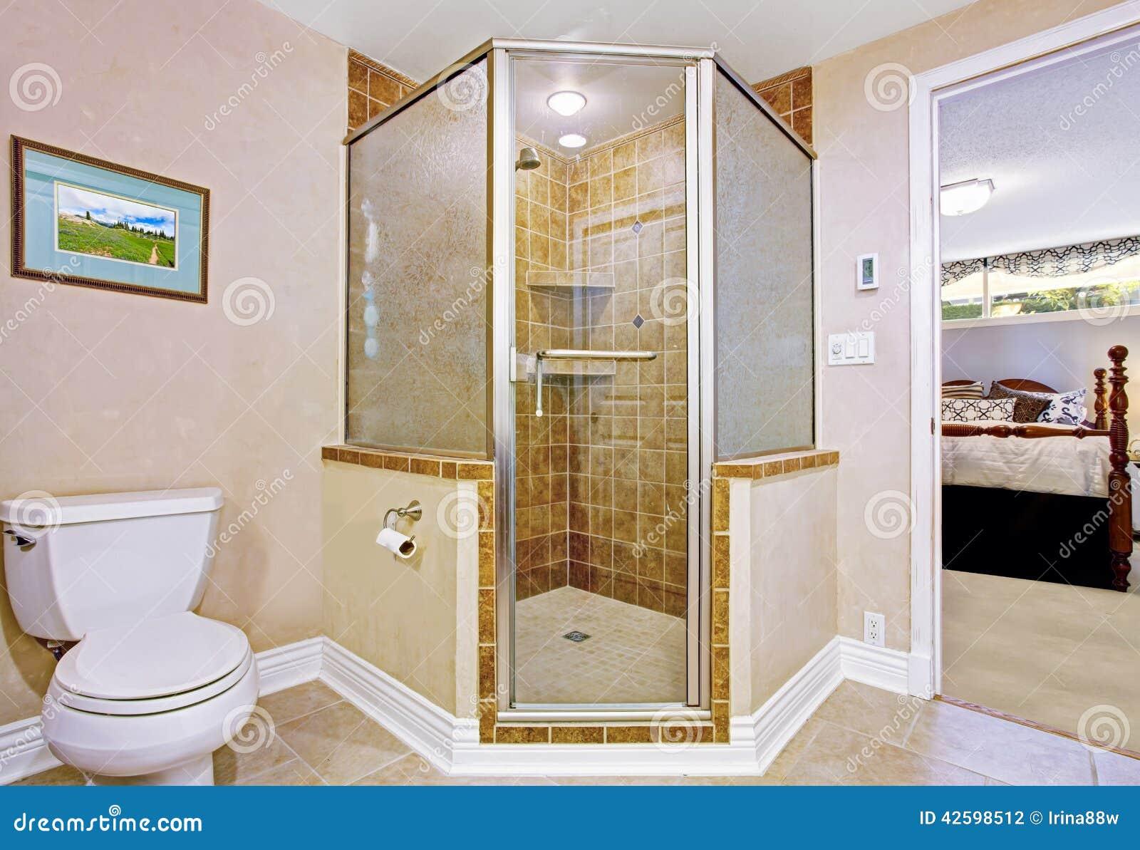 Intérieur de salle de bains avec la douche examinée