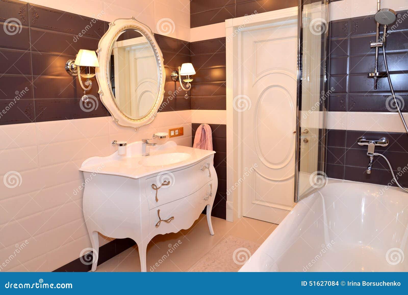 Int rieur de salle de bains classiques modernes avec les for Element salle de bain