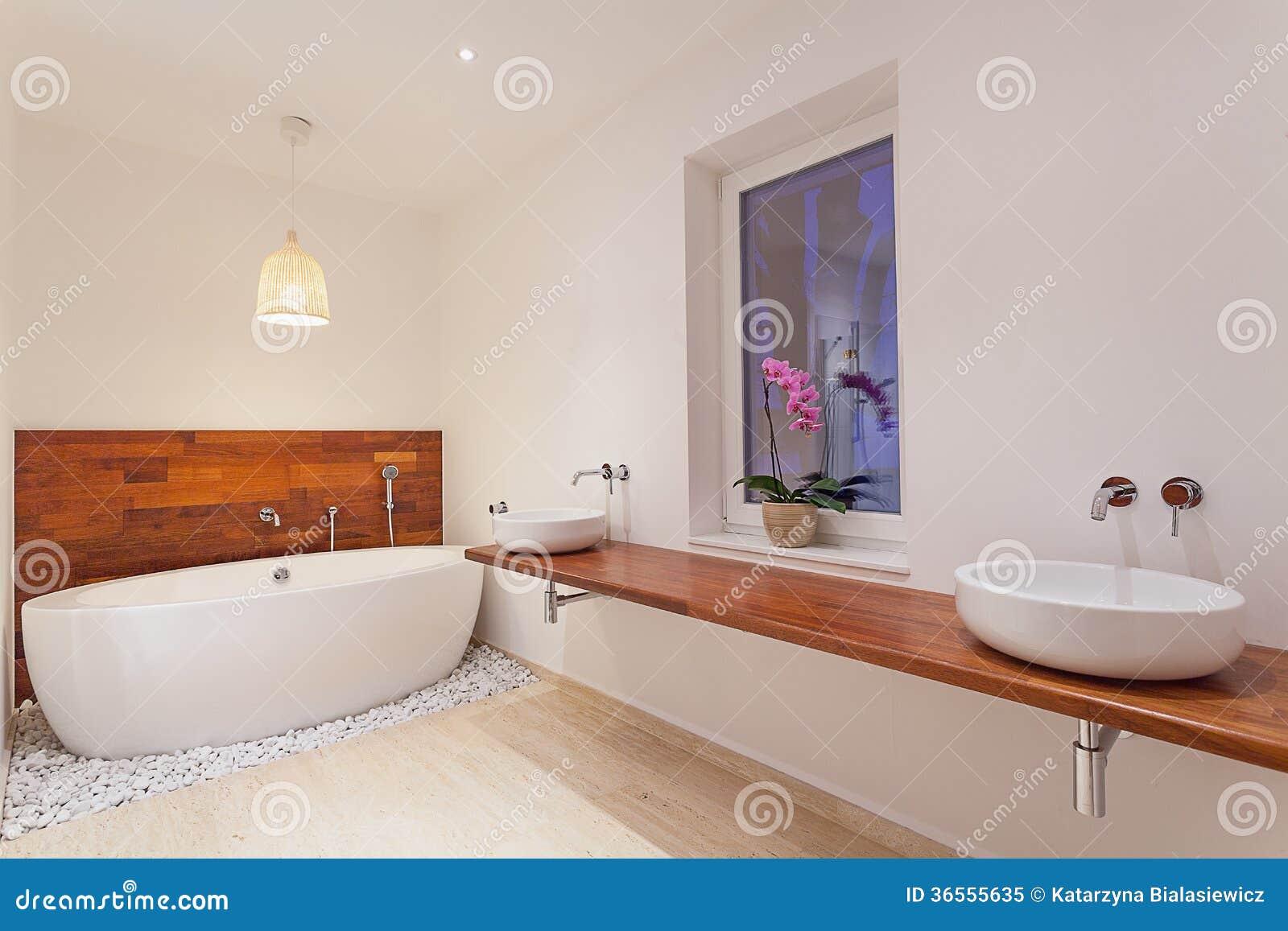 Int rieur de salle de bains moderne avec la fen tre photo for Interieur salle de bain moderne