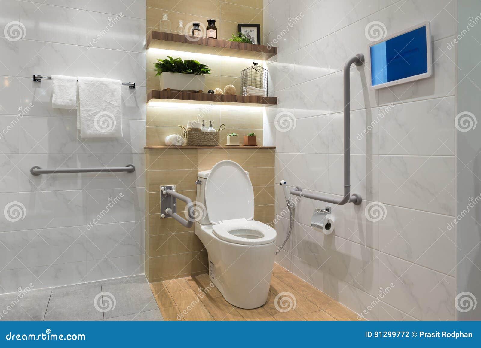 int rieur de salle de bains pour les personnes g es handicap es ou photo stock image du. Black Bedroom Furniture Sets. Home Design Ideas
