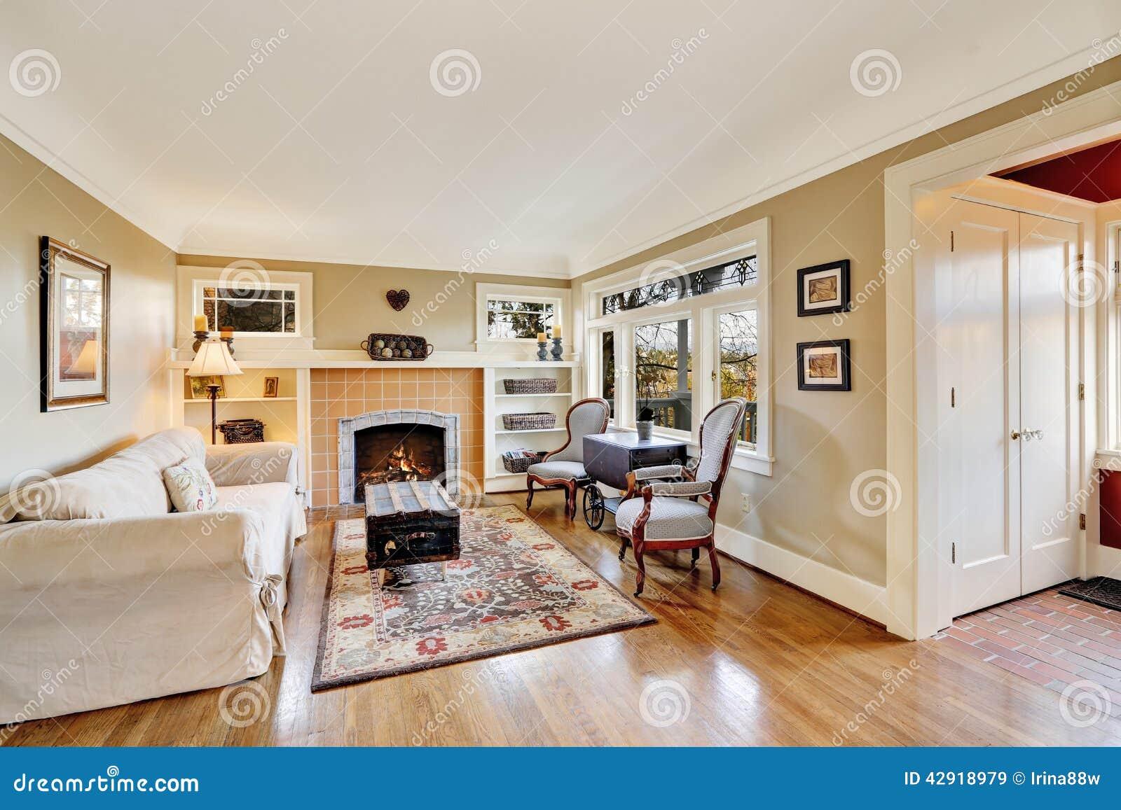 Intérieur de salon avec la cheminée dans la vieille maison