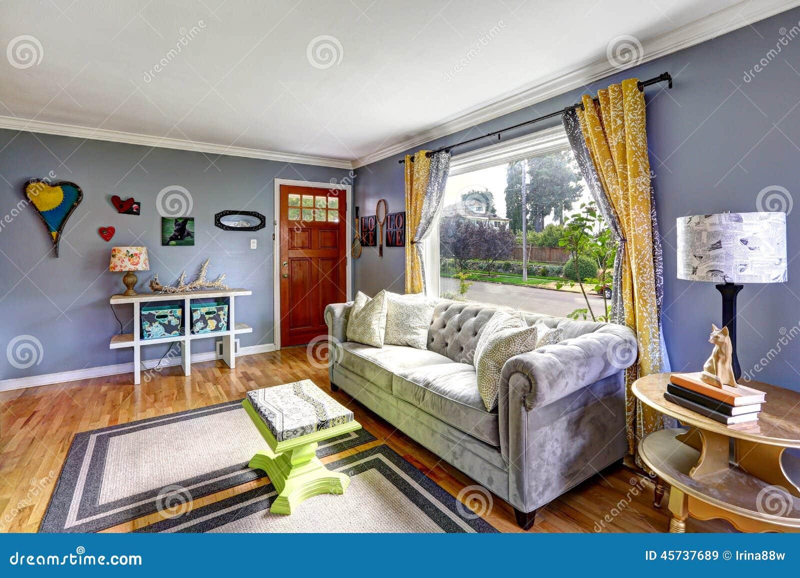 Table Basse Grand Salon intérieur de salon avec la grande fenêtre image stock
